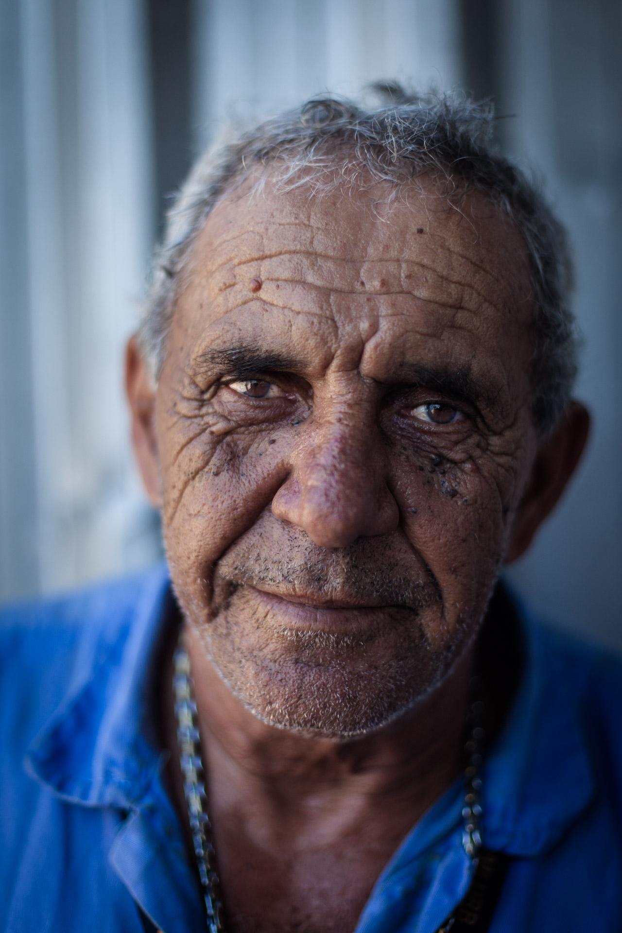 Rio de Janeiro, le 19 Novembre 2013. Edir, 69 ans, travaille au nettoyage de la zone portuaire depuis 1975.Rio de Janeiro, November 19, 2013. Edir, 69, works at cleaning the port area since 1975.