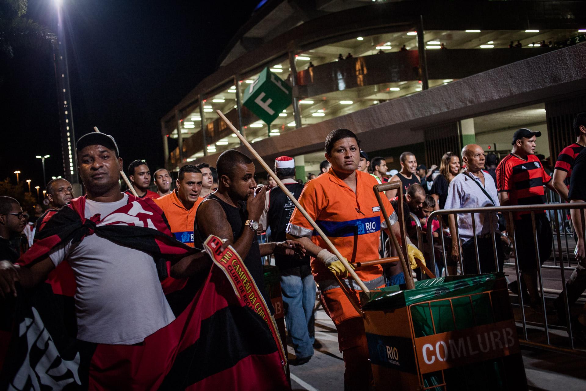 Rio de Janeiro, le 28 Novembre 2013. Garis autour du stade mythique de la Maracana, un jour de match.Rio de Janeiro, November 28, 2013. Garis (sweepers) around the legendary Maracana stadium in a match day.
