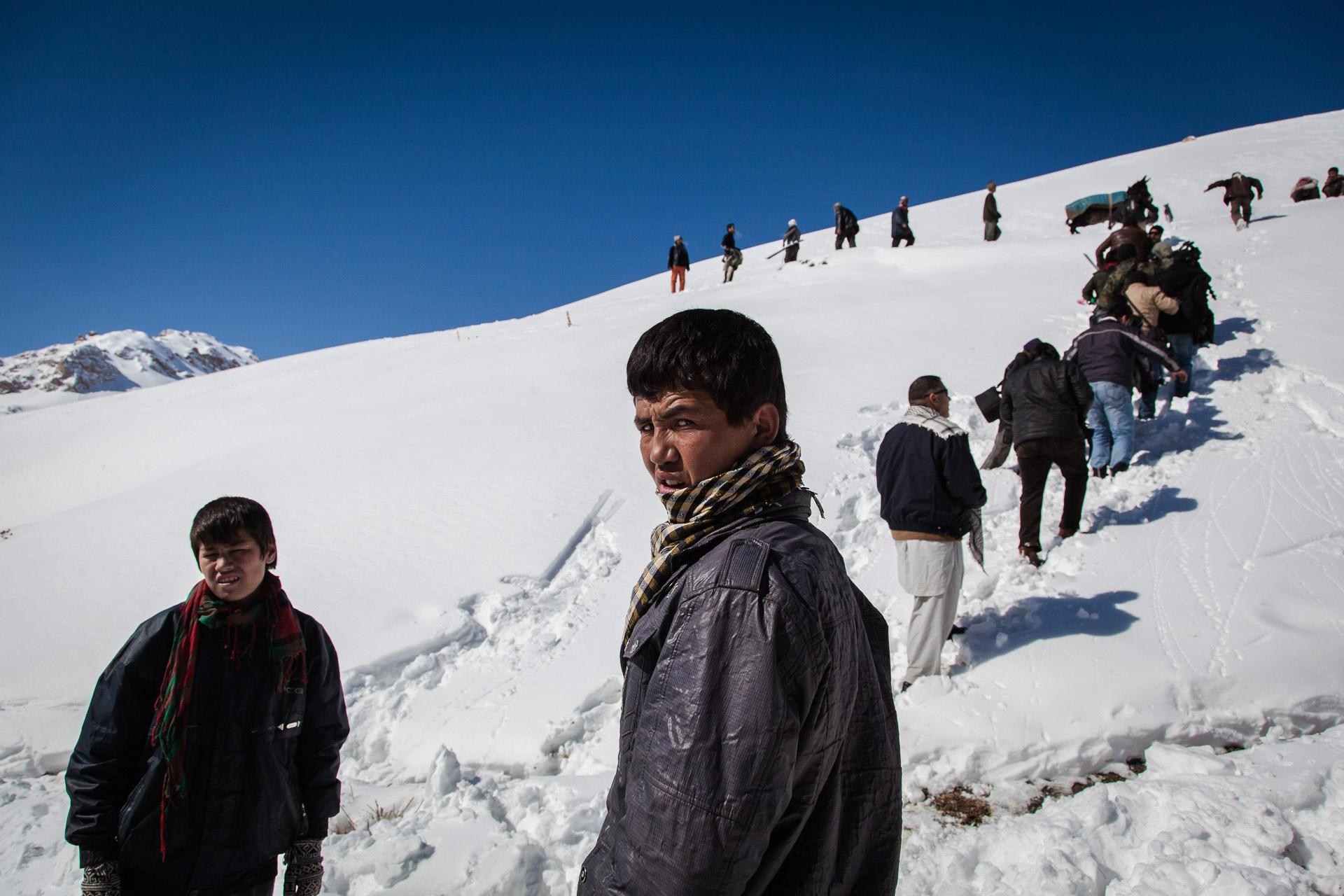 koh-e-baba, 1er Mars 2013. de jeunes afghans montent  vers le départ de l'afghan ski challenge.Koh-e-Baba, March 1, 2013. Young Afghans wlking to the start of the Afghan ski challenge.