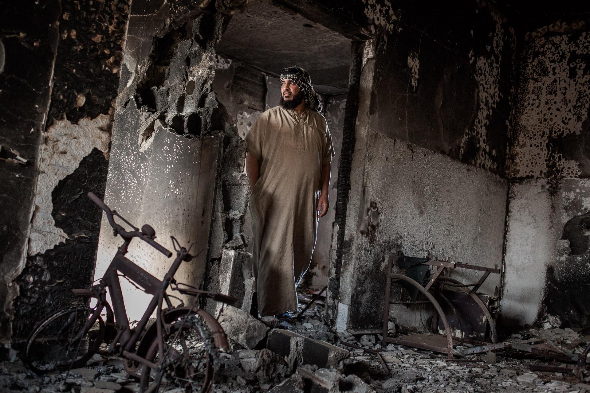 Syrte, Juillet 2012. Walid, dans les décombres de sa maison. Syrte est la ville du pays qui a subi le plus de dommages lors du conflit lybien.Sirte in July 2012. Walid, in the ruins of his house. Sirte is the town of country that has suffered the most damage during the  Libyan conflict.