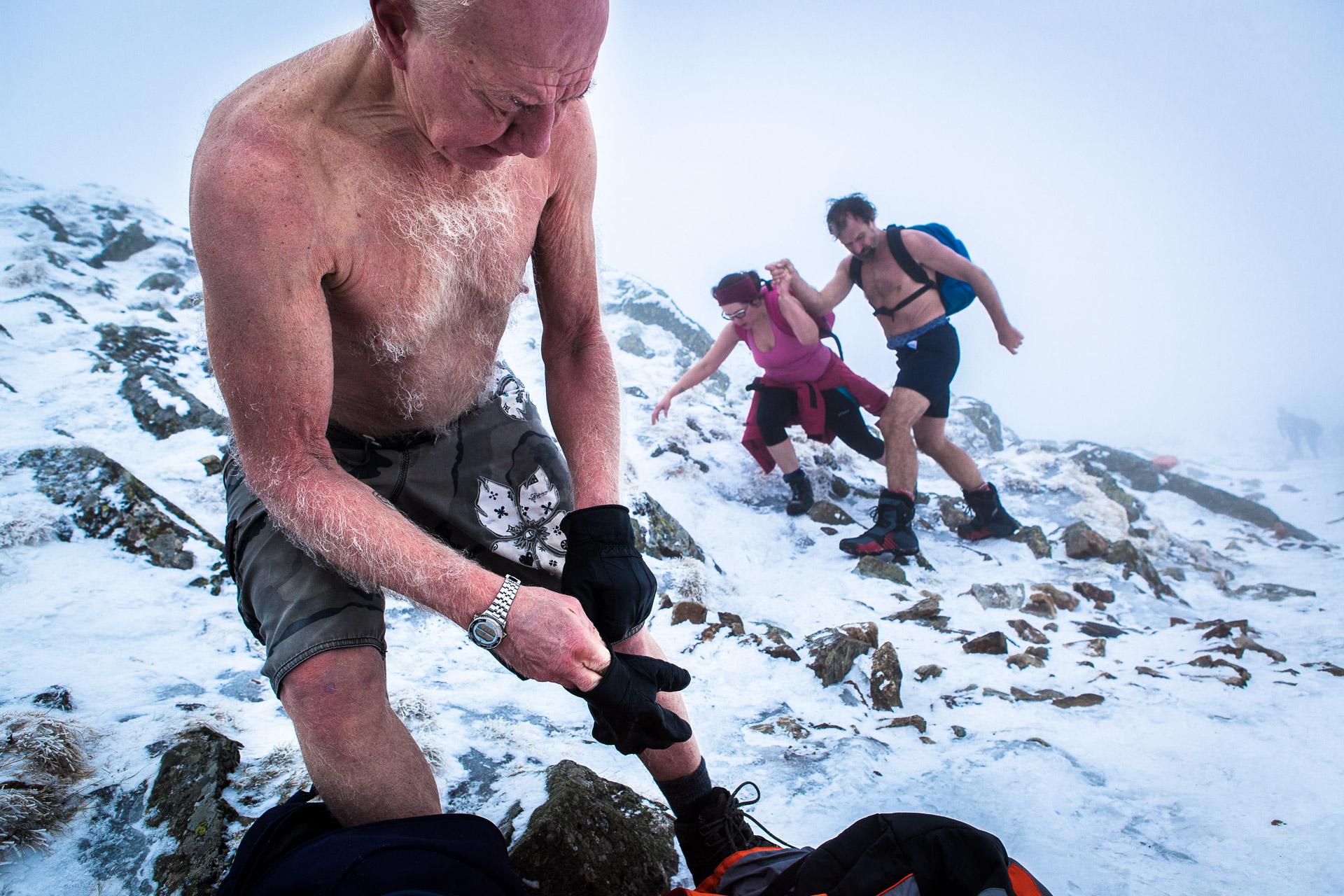 Karpacz, Pologne, 13/02/2014. Wubbo Ockels, 67 ans, ancien astronaute, se bat contre un cancer des reins et cherche un moyen de guérir lors de ce stage de résistance au froid. Il monte ici la montagne Sniejka par des températures proches de -10°C.Karpacz, Poland, 02.13.2014. Ockels, 67, former astronaut, fights against kidney cancer he's seeking to cure at this resistance to cold workshop. He's here climbing the Sniejka montain, with temperatures close to -10°C.
