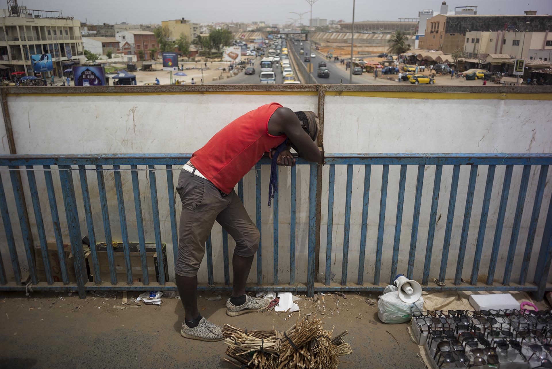 Circulation routière à Dakar, Sénégal. Mai 2017Marchand ambulant dans le quartier de patte d'oie. Ce quartier se situe sur un axe d'échanges et de trafic important au coeur de la métropole dakaroise.