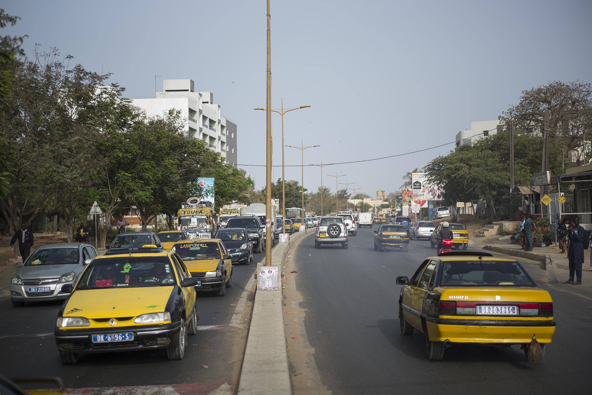 Circulation routière à Dakar, Sénégal. Mai 201716h, Quartier de Ouakam, heure à laquelle la circulation s'intensifie. Chaque année la région de Dakar enregistre environ 40 000 nouvelles immatriculations, qui s'ajoutent à la densité de son parc automobile existant.
