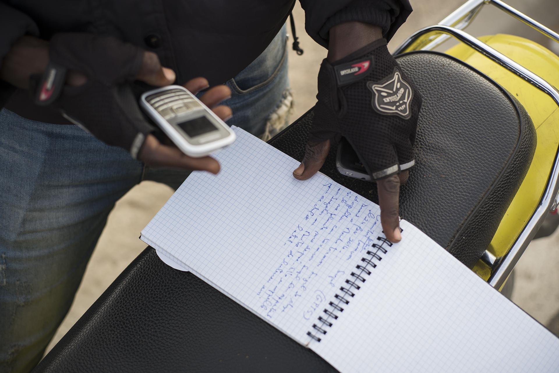 Circulation routière à Dakar, Sénégal. Mai 2017Abba, journaliste à la radio ZikFM, rapporte aux auditeurs l'état du trafic en temps réel pour que les automobilistes adaptent leur itinéraire en fonction de la circulation. ZikFM est l'une des deux radios les plus écoutées à Dakar