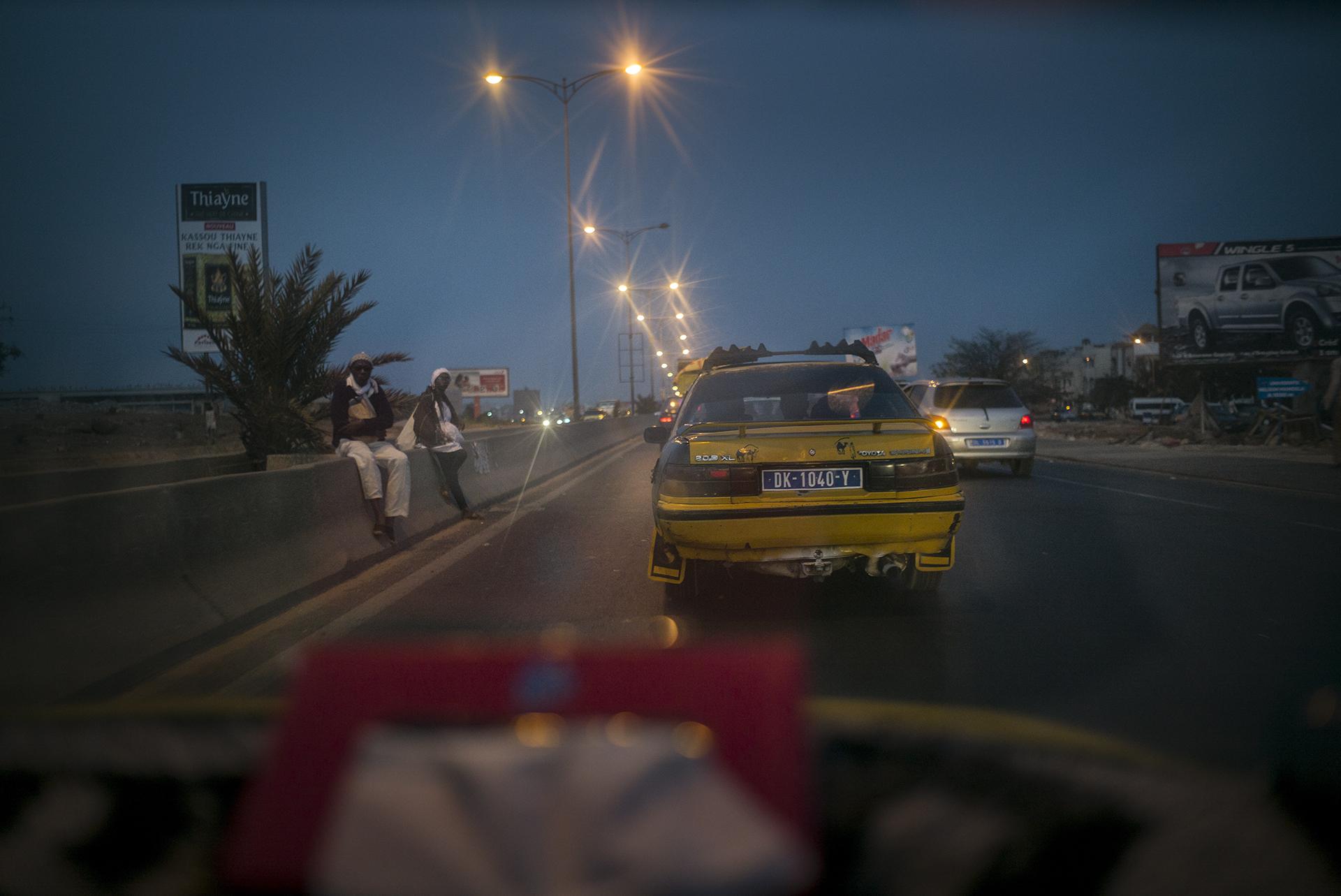 Circulation routière à Dakar, Sénégal. Mai 2017Le soir la circulation se fait à nouveau moins dense sur la VDN, axe majeur de la capitale. La VDN est une route pensée à l'heure de la colonisation pour déservir la métropole.