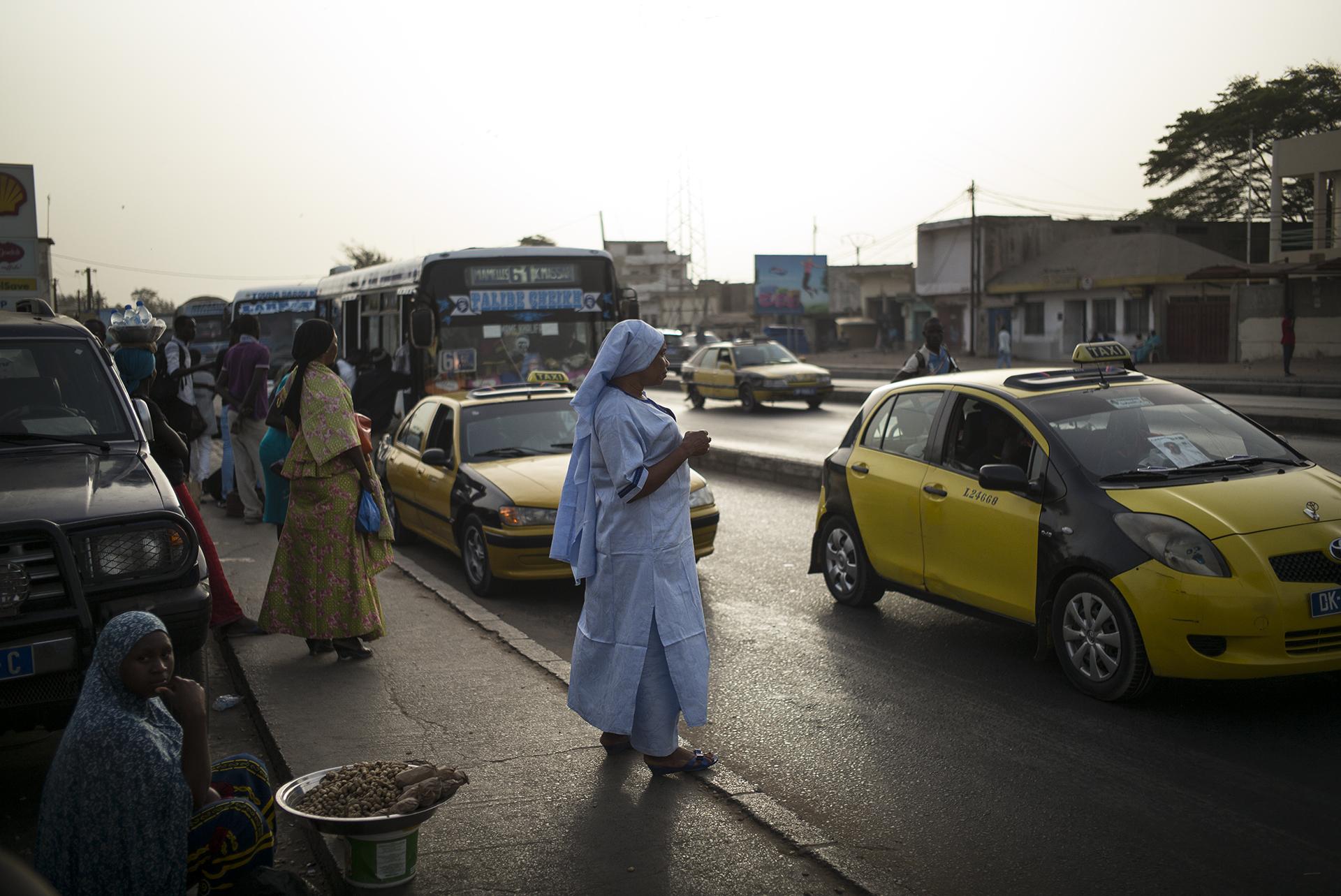 Circulation routière à Dakar, Sénégal. Mai 2017Jusqu'en 2013 la Nationale 1 sur l'axe Cambérene-Rufisque etait très embouteillée au quotidien, rendant la vie des usagers difficile. Plusieurs heures de route étaient nécessaires pour se rendre à Dakar ou en sortir. La construction de l'autoroute à péage cette année là a largement participé à son désengorgement.