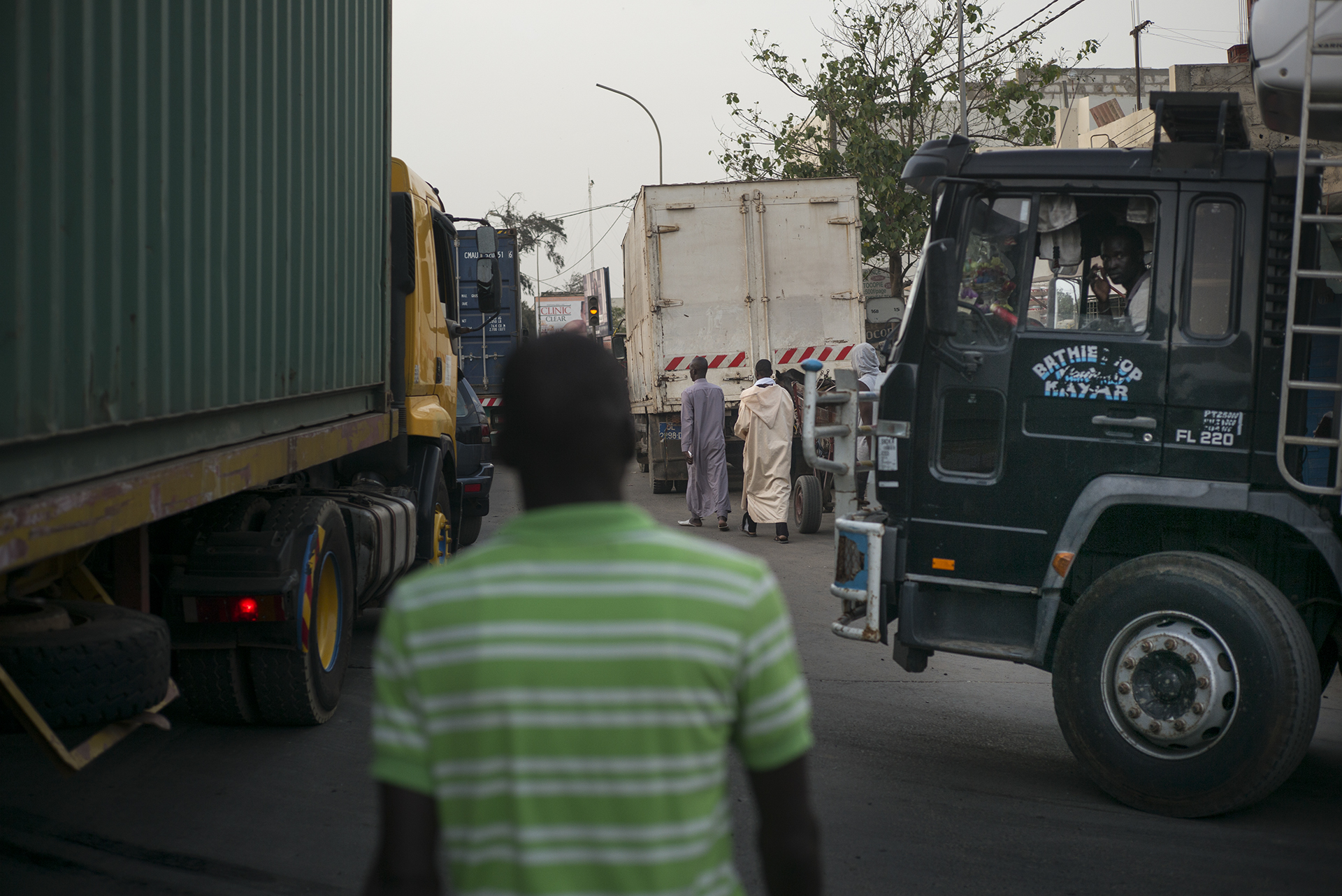 Circulation routière à Dakar, Sénégal. Mai 201718h30 dans le quartier de Yarack, où les poids lourds en provenance du port viennent grossir la circulation pour acheminer les marchandises dans la capitale.