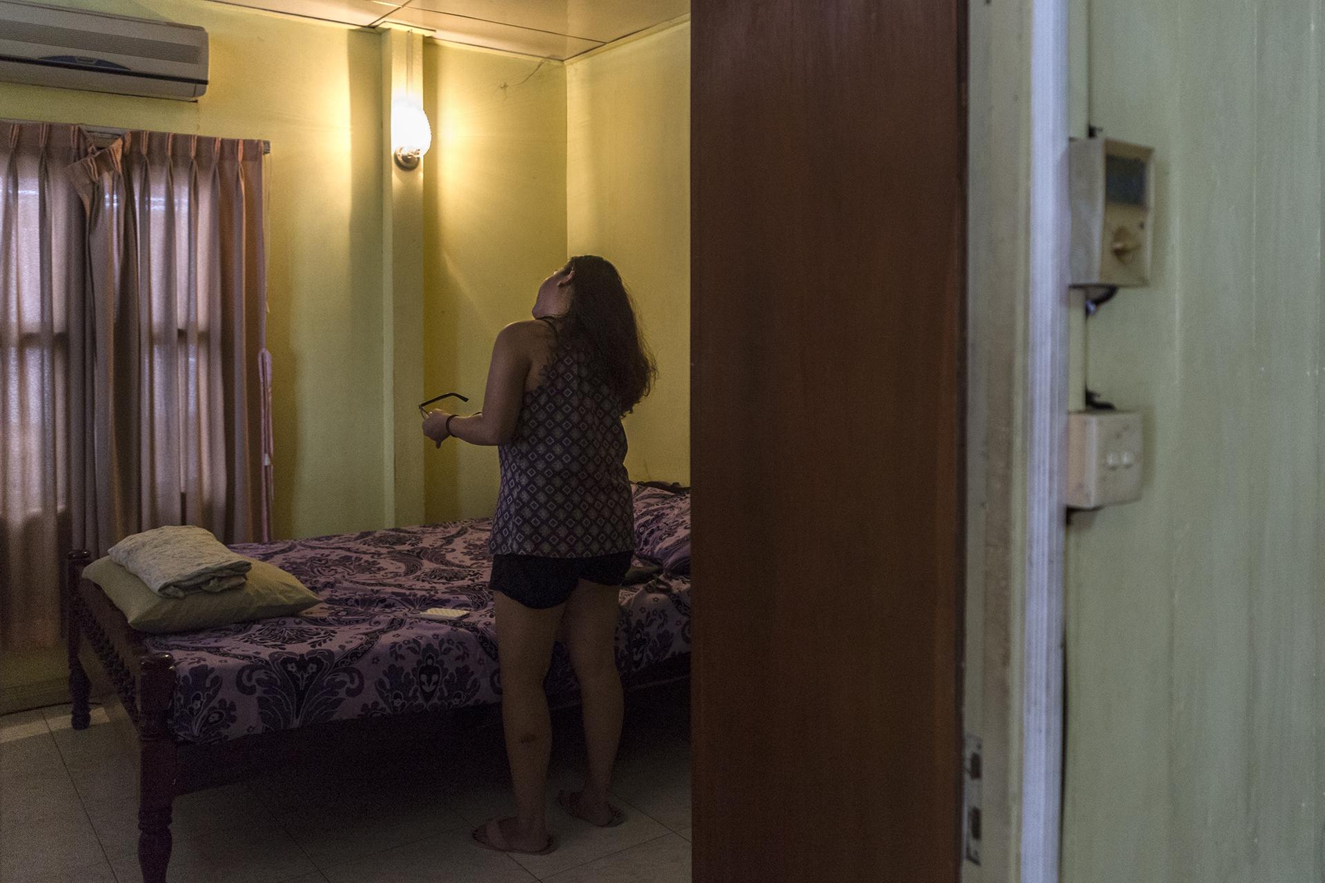 Juin 2016. Dans l'appartement de Sophéa à Phnom-Penh. Après un an dans le camp de réfugiés, Sophea et sa mère ont été envoyé aux Etats-Unis, en décembre 1983. Sophea n'a jamais su pourquoi le choix des Etats-Unis plutôt que la France, l'Australie ou encore le Canada. Cela semble avoir été décidé dans le programme des réfugiés. Elle se rappelle être arrivée à Washington, puis sa mère et elle sont allées au Texas durant 4 ans environ. Sa mère, qui travaillait dans une fabrique de jean, y a rencontré son nouveau conjoint avec qui elle  a eu un 2ème enfant. En 1988, elles sont allées à Fresno puis ont déménagé  à Long Beach en Californie pour vivre en famille.