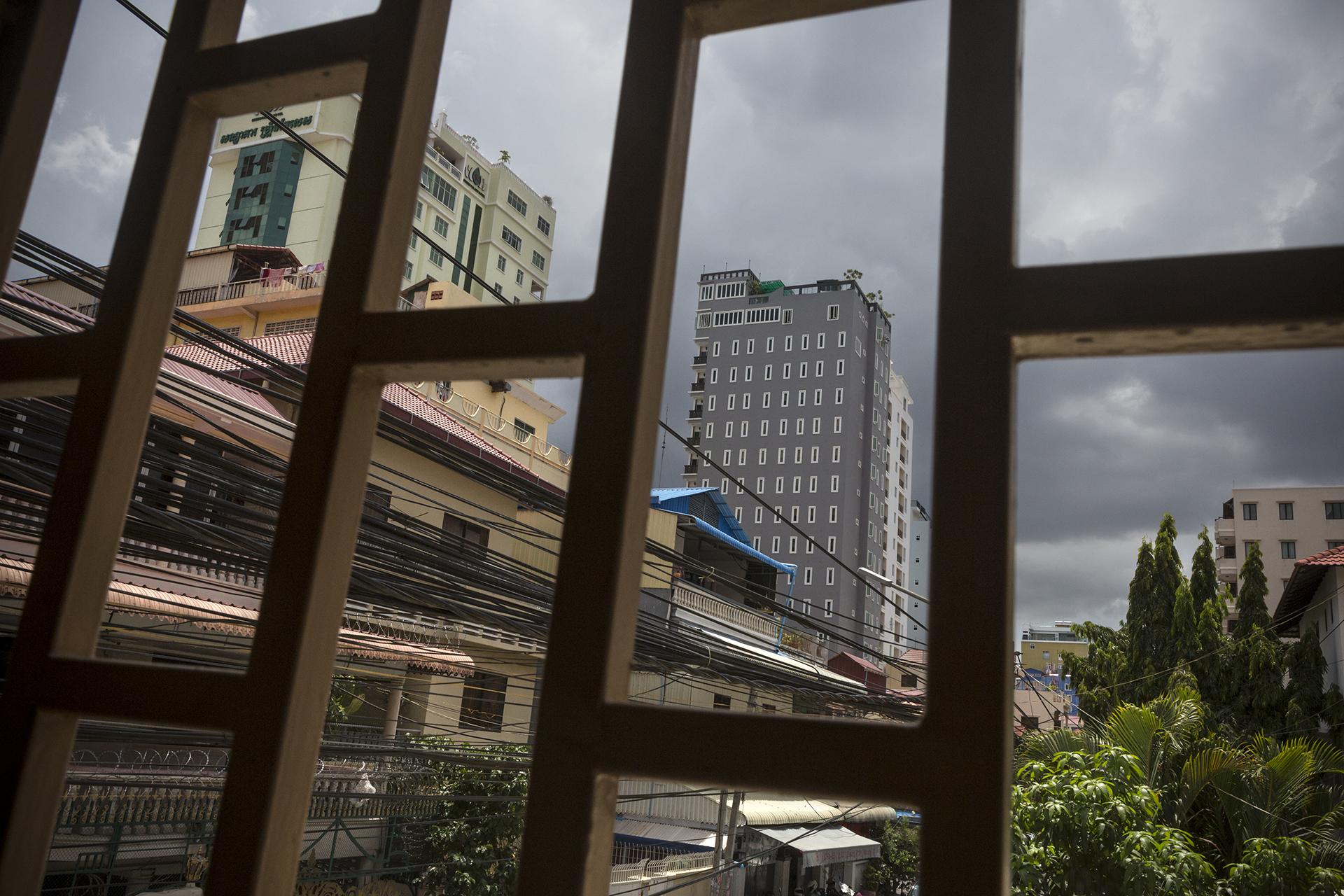 """Juin 2016. Dans l'appartement de Sophéa à Phnom-Penh. Sophea venait juste d'avoir son fils quand elle a été arrêté pour une arnaque bancaire. Elle était sans emploi et """"trainait avec les mauvaises personnes"""" selon ses dires. Elle a été condamnée à 2 ans de prison dont un an ferme. Puis elle a retrouvé du travail et a habité avec sa mère et sa sœur, sans son fils qui était chez son père depuis son séjour en prison. Mais 4 ans après sa peine, les agents de l'immigration sont venus la chercher chez elle à 6h du matin et lui ont dit que les papiers du Cambodge pour la déportation étaient arrivés. Ils l'ont arrêté et gardée pendant un mois avant de l'expatrier vers le Cambodge.""""C'était effrayant car à aucun moment on m'a dit si j'allais être déportée ou non"""". Sa famille venait la voir pendant les week-end. Elle a pris un avocat mais son dossier n'a finalement pas été réouvert."""