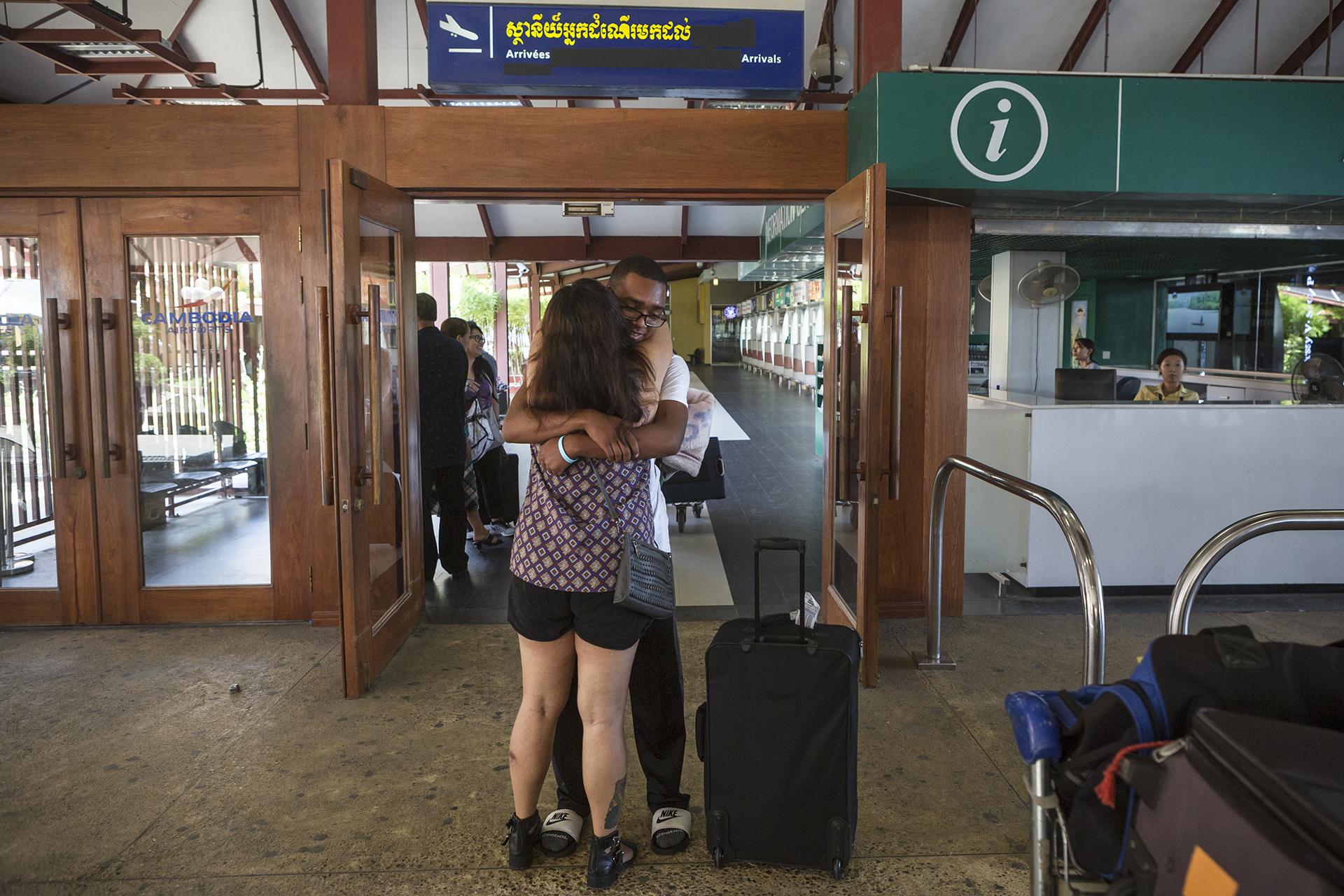 Juin 2016. Aéroport de Phnom-Penh.Arrivée de Kelvin à l'aéroport de Phnom-Penh. Depuis 2011 et la date de sa déportation Sophea n'a pas revu son fils. Ce mois de juin 2016 a été chargé en émotions pour elle. Une grande partie de sa famille est venue lui rendre visite et ils ont pu partager de grands moments ensemble.