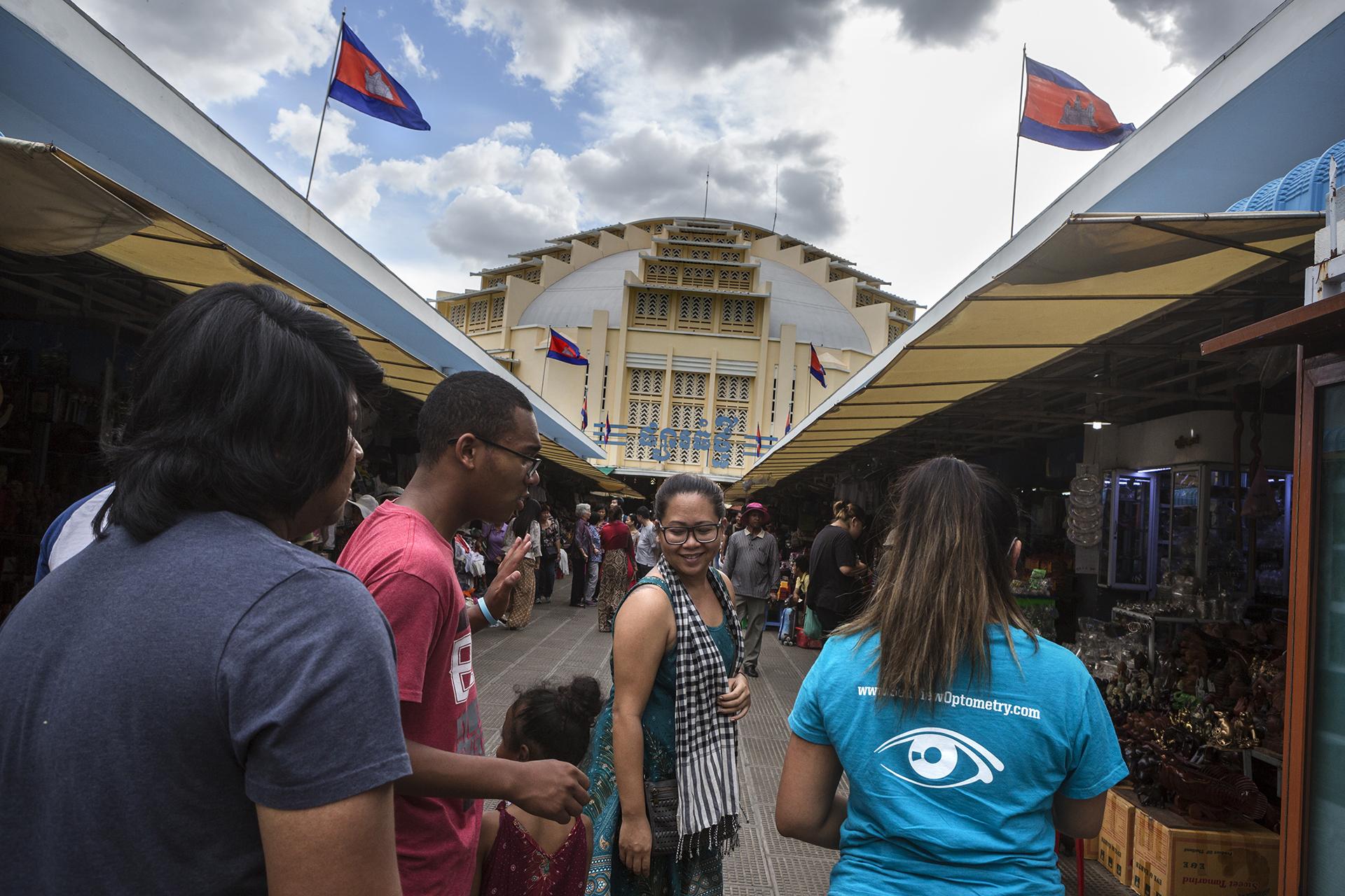 Juin 2016. Visite du plus grand centre commercial de Phnom-Penh, le Eon Mall Durant un peu plus de 3 semaines Sophea a accompagné sa famille à la découverte du Cambodge. La majorité n'était jamais venue dans le pays de leurs ancêtres. Ce voyage a été un moment de partage et de complicité.