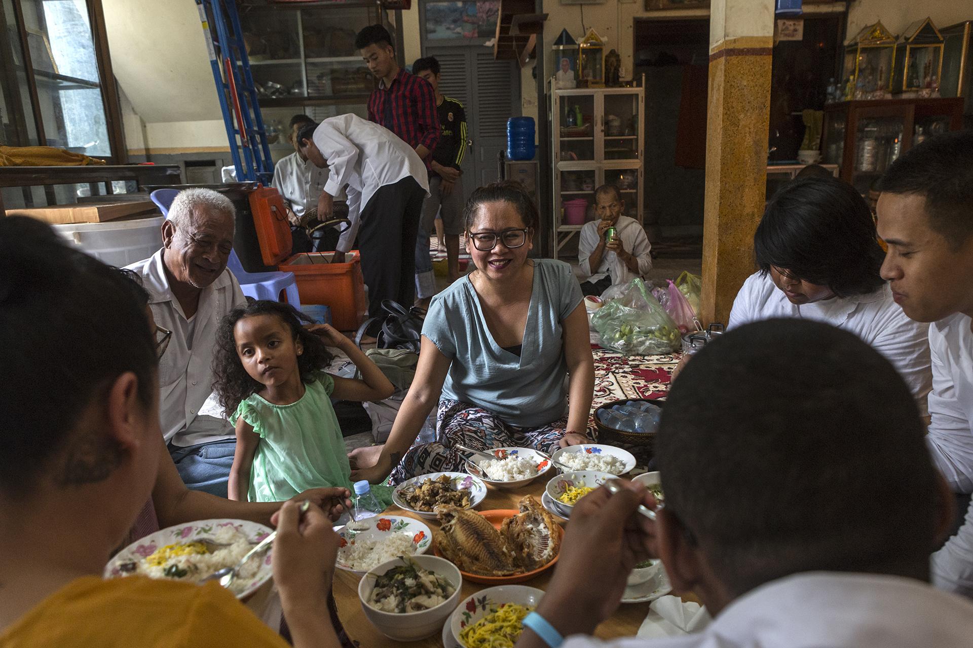 Juin 2016. Monastère proche du Palais Royal à Phnom-Penh.Après les prières un repas a été organisé au temple.