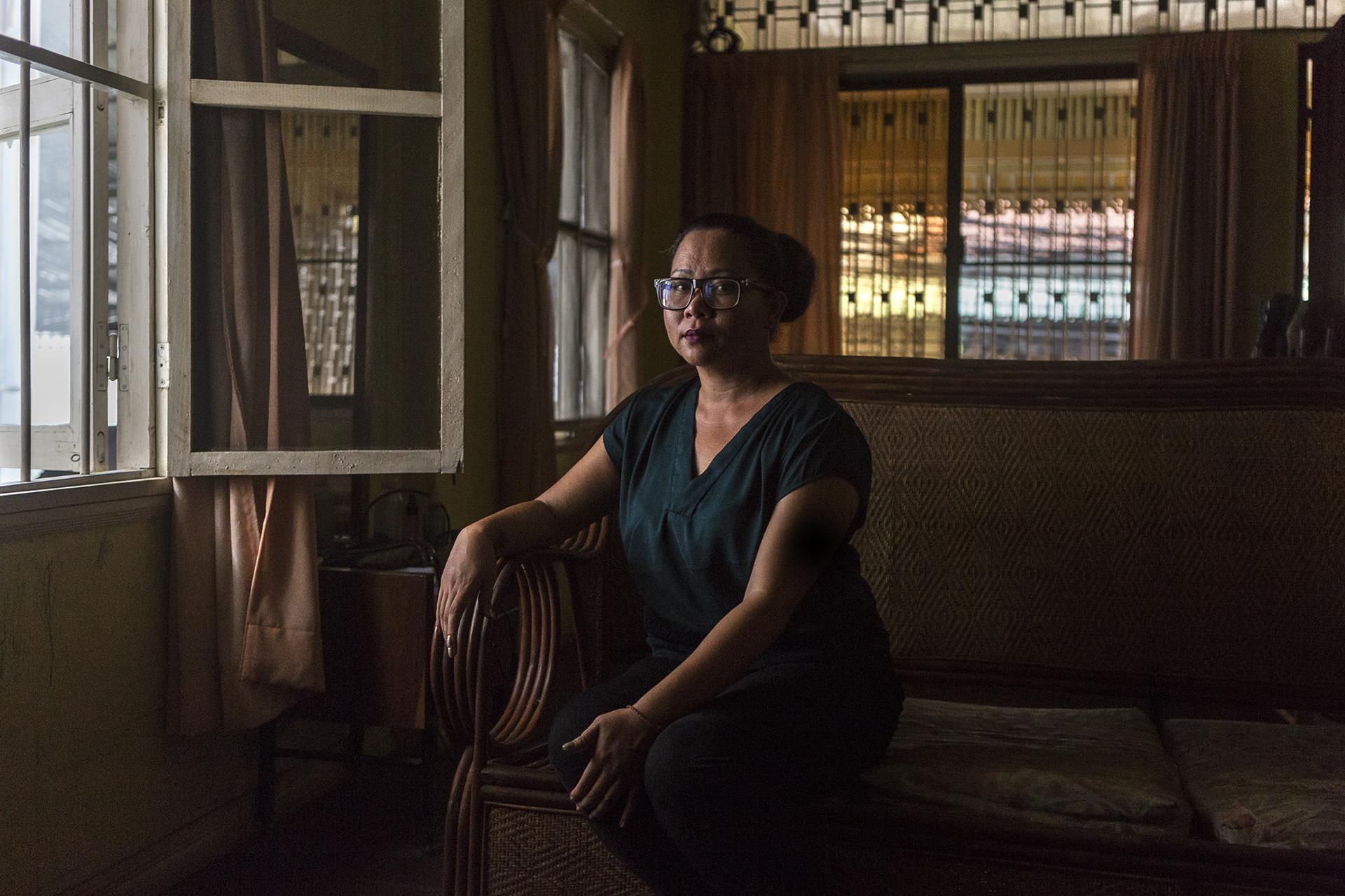 """Juin 2016. Portrait de Sophea dans son appartement à Phnom-Penh. Sophea est aujourd'hui une femme épanouie dans cette nouvelle vie qui lui a été imposée, même si la distance avec sa famille lui pèse énormément. Elle se sent américaine, parce qu'elle a grandi dans la culture américaine tout en ayant des origines cambodgiennes. Son souhait :""""être mère à nouveau, parce que mon expérience a été bousillée »."""