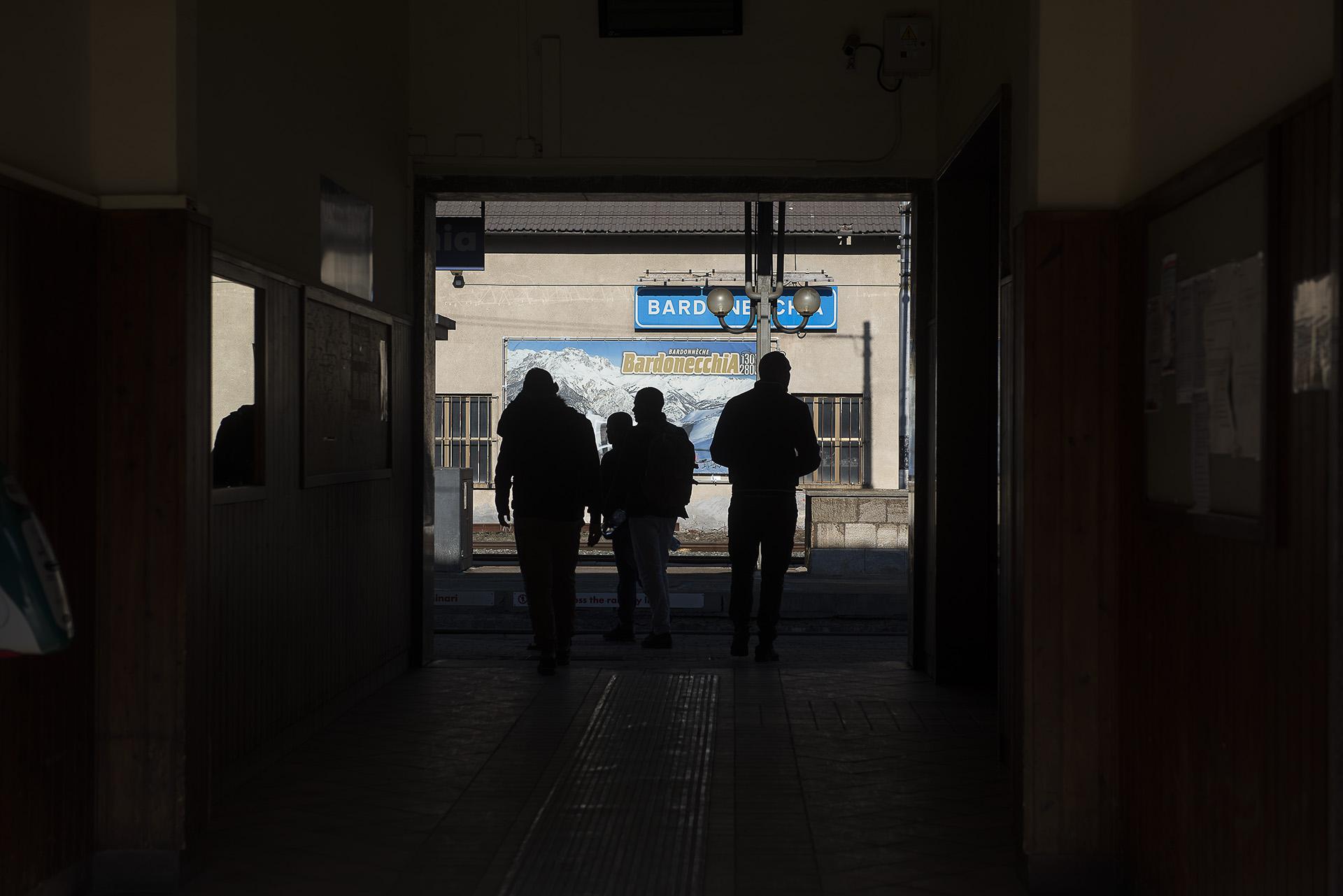 Sur les quais de la gare italienne de Bardonecchia, les migrants se mêlent aux skieurs.  En provenance, comme eux, de Milan ou de Turin, ils s'arrêtent dans cette station de sport d'hiver italienne pour poursuivre leur route vers le nord de l'Europe ou la France, dont la frontière est toute proche. ß