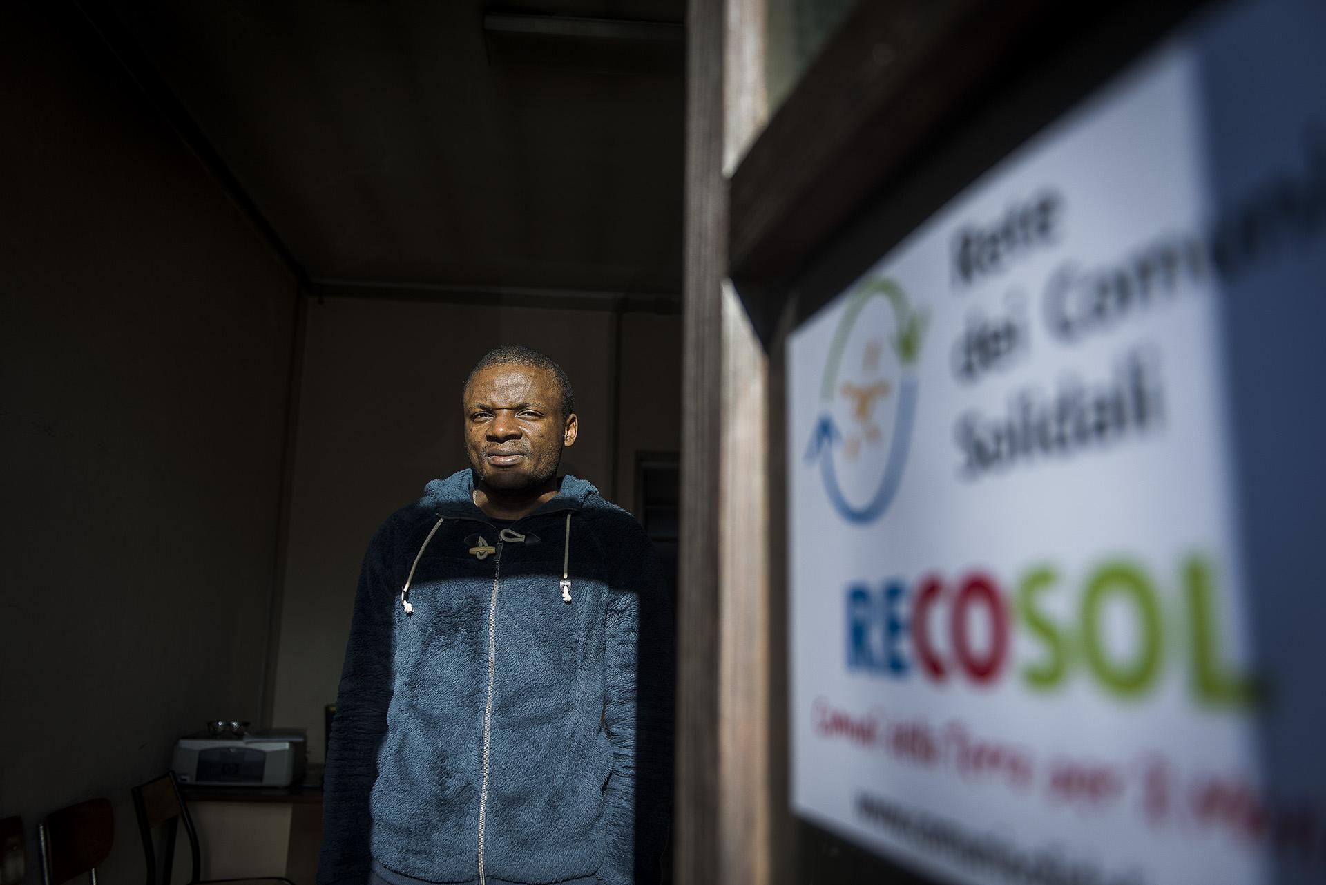 Roland Djameni, médiateur culturel de l'association italienne Recosol (Rete dei Comuni Solidali) est l'un des premiers interlocuteurs des exilés. Il les reçoit dans un local austère attenant à la gare, où des civières posées à même le sol font office de lits. Sa mission: informer les migrants de leurs droits, des possibilités légales qui s'offrent à eux et des dangers qui les attendent si ils poursuivent leur route.