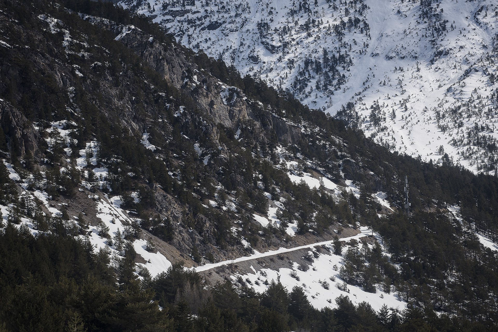 En sortant de la gare de Bardonecchia, il suffit de continuer tout droit. Quelques lacets et kilomètres plus loin, une flèche en bois avec les mot «Francia» et «col de l'Echelle» pointe la direction à suivre. Depuis le blocage de la vallée de la Roya, de nombreux migrants tentent de franchir la frontière franco-italienne par cette route. Cependant, si le passage de ce col alpin qui culmine à 1 762 mètres d'altitude est déjà, en été, une épreuve, sans équipement en plein hiver, les chances de survie, y sont faibles.