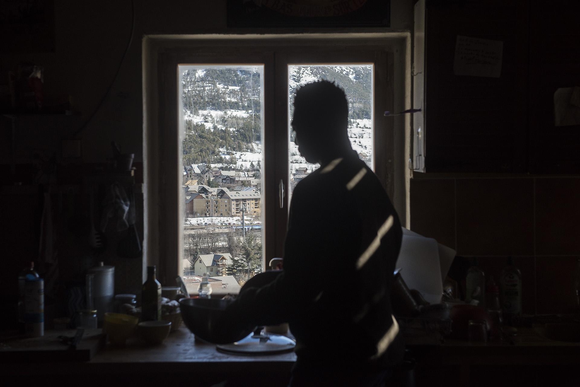 «Ici, quand ils ne savent pas où aller,  les migrants ont le temps de se poser pour réfléchir» explique Sébastien, un des occupants de Chez Marcel, qui fonctionne comme une «grosse coloc autogérée»  où «chacun peut trouver à s'exprimer d'une façon ou d'une autre».  Grâce à des dons et des matériaux de récupération, des dizaines de volontaires ont transformé une maison vétuste où il n'y avait ni eau, ni électricité en un squat capable d'accueillir jusqu'à 20 personnes sur des durées plus longues qu'au refuge.