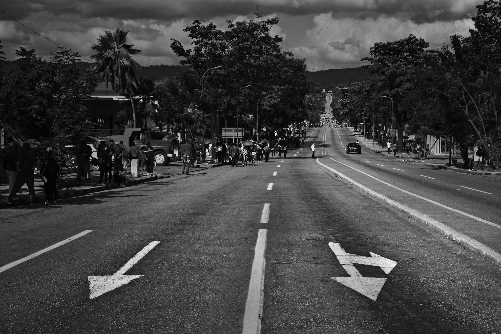 Les cubains commencent a se rendre sur la Place de la Revolution ou Place Antonio Maceon de Santiago de Cuba Les rues de la ville sont vides car la circulation est interdite et les magazins sont fermes 3 decembre ou sera celebree dans quelques heures la ceremonie officielle en hommage a la disparition de Fidel Castro survenue le 25 novembre 2016