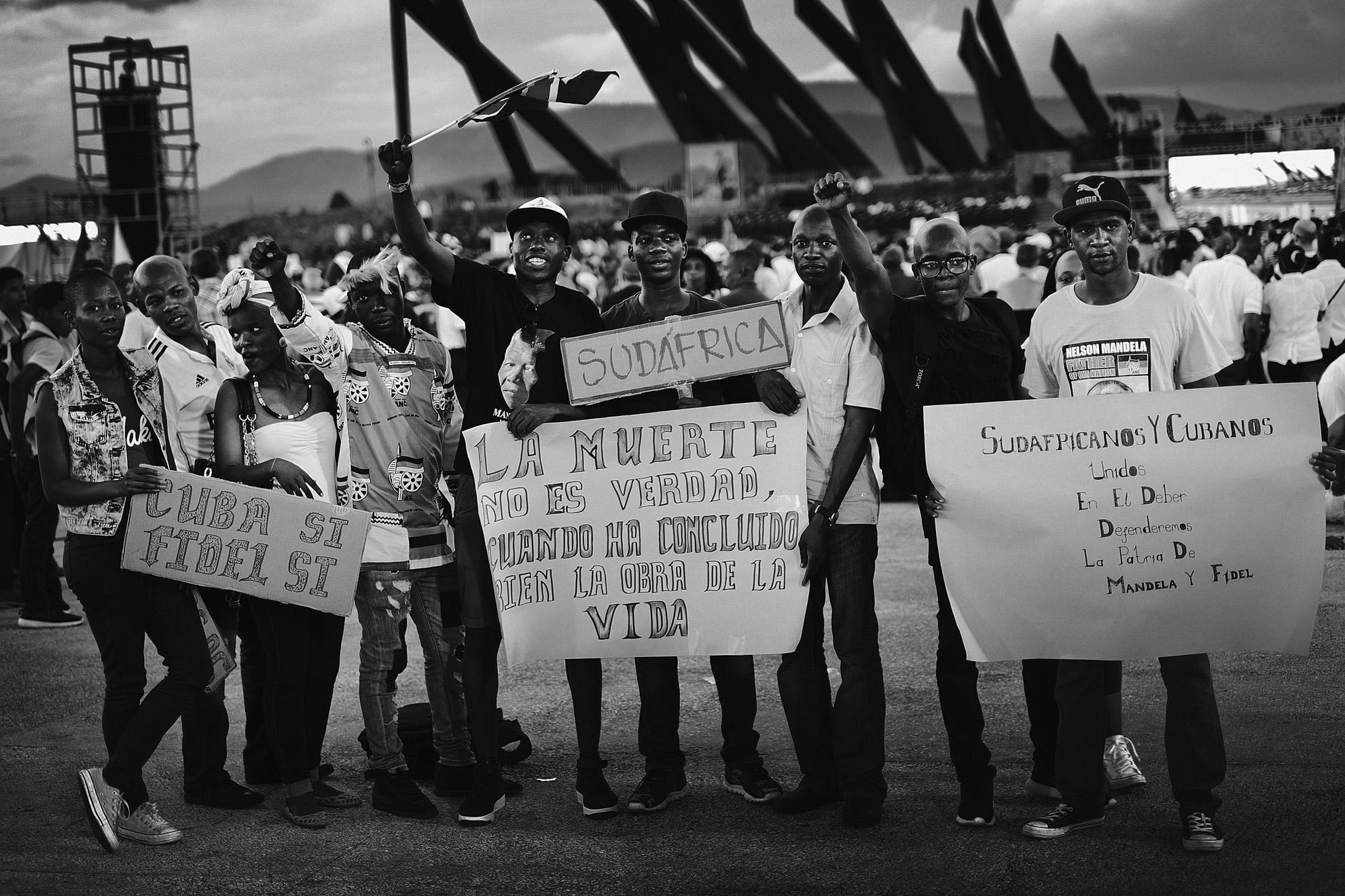 Des cubains attendent le debut de la ceremonie officielle place de la revolution a Santiago de Cuba donnee a l occasion de la disparition de Fidel Castro survenue le 25 novembre 2016 3 decembre 2016