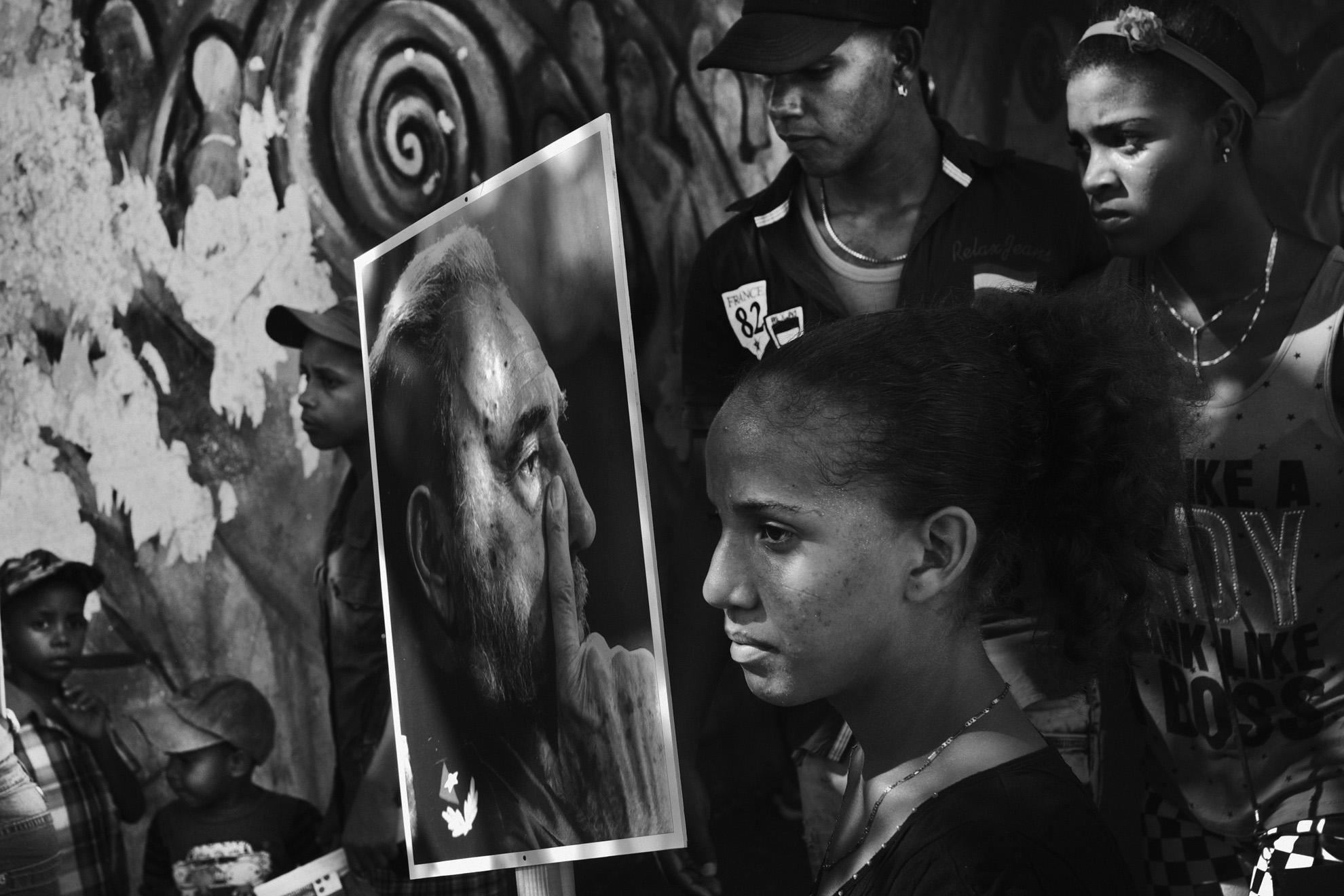 Quelques heures avant le debut de la ceremonie officielle place de la revolution a Santiago de Cuba des gens attendent dans les rues et avenues attenantes a la place de la revolution 3 decembre 2016