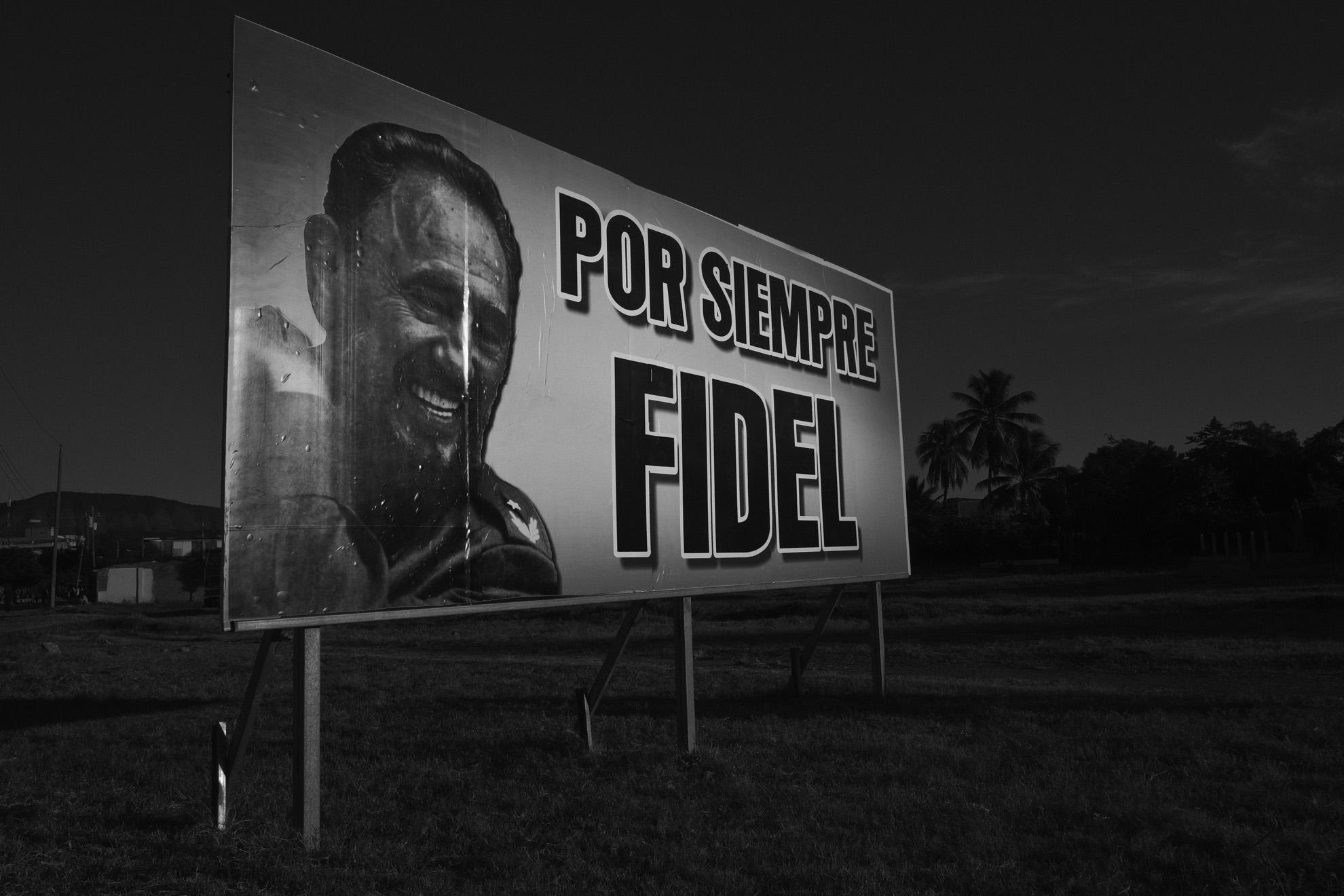 Panneau a la gloire de Fidel Castro le long de l avenue Juan Gualberto Gomez l au cimetiere militaire de Santa Ifigenia de Santiago de Cuba ou va etre enterre Fidel Castro 4 decembre 2016