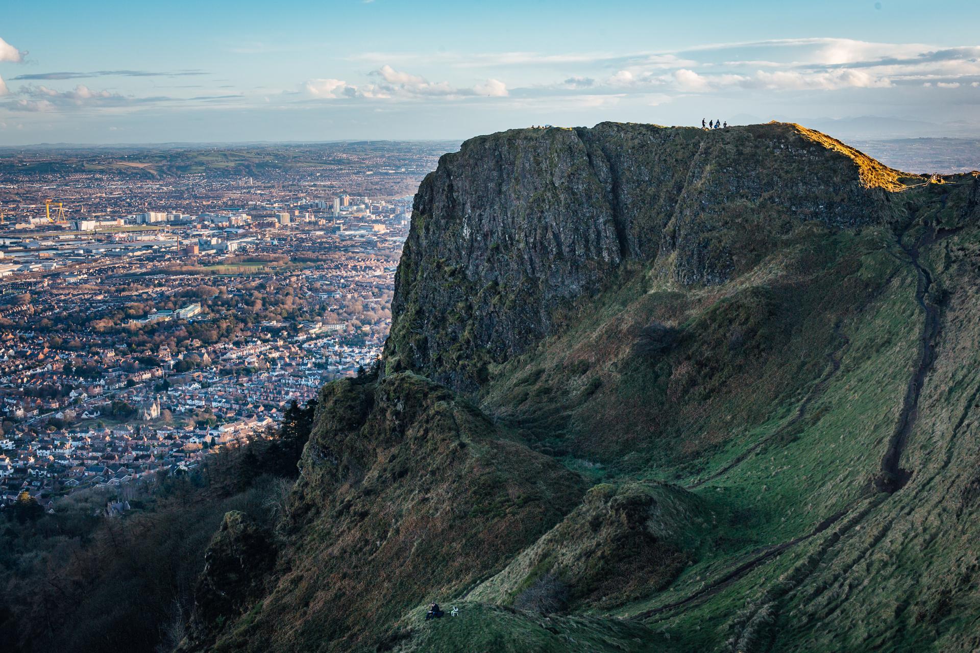 Belfast, le 27 février 2017. Vue sur Belfast à partir de Cave Hill, colline surplombant la ville, paradis des randonneurs et des joggers.