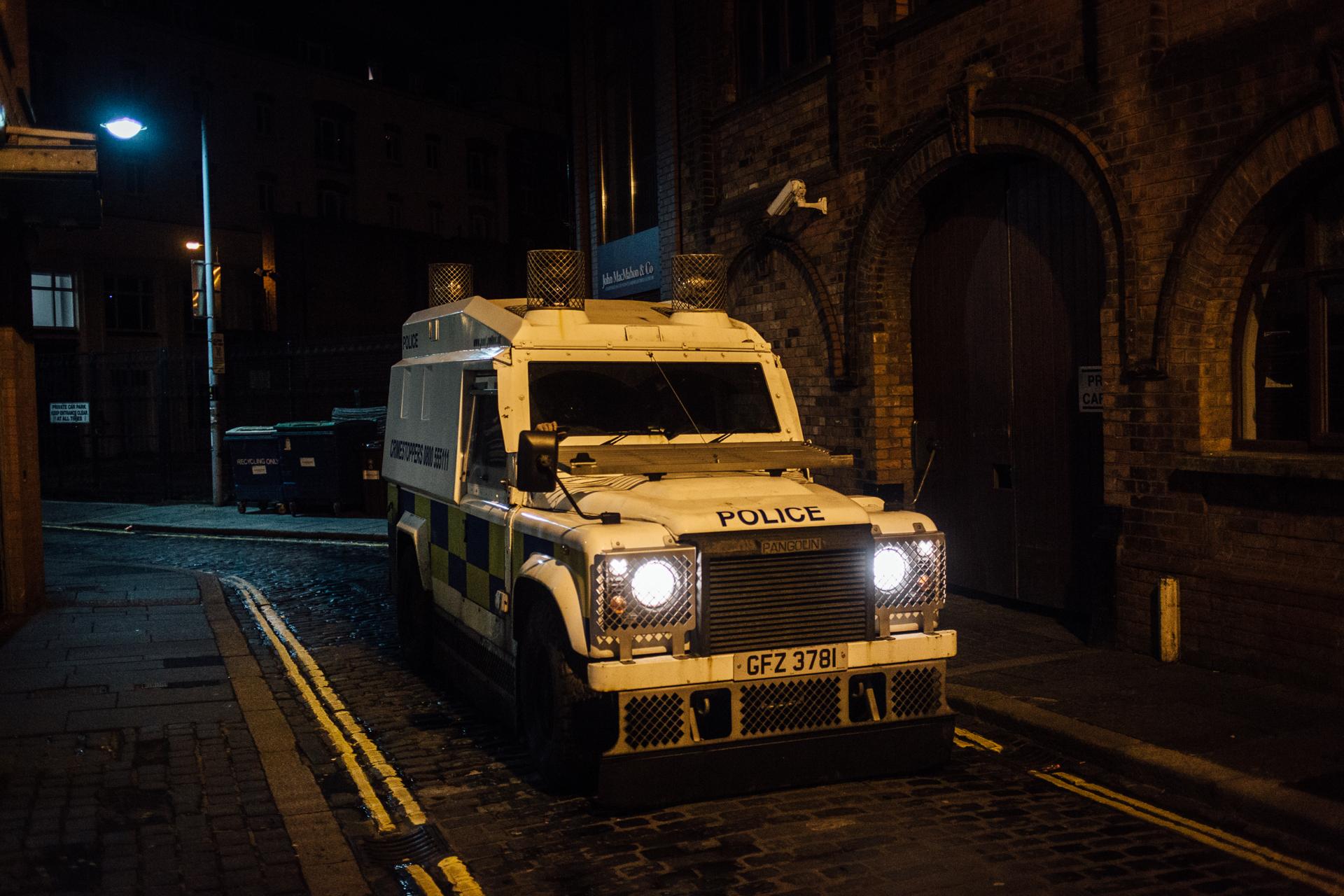 Belfast, le 23 Février 2017. Des voitures blindées sillonnent toujours la ville malgré la cessation des hostilités.