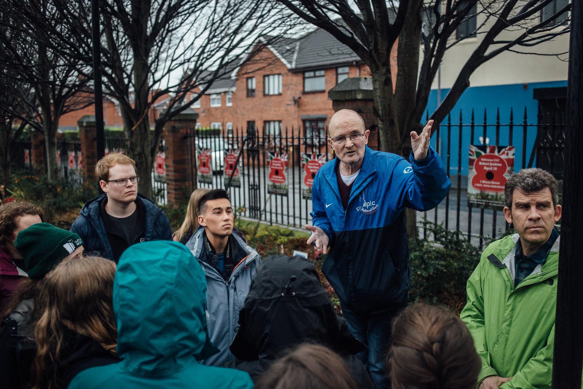 Belfast, le 24 février 2017. Noel Large, ancien tueur de milices paramilitaires protestantes, est devenu guide touristique spécialisé dans l'histoire des troubels. Il fait visiter les lieux d'attentats à des élèves américains.
