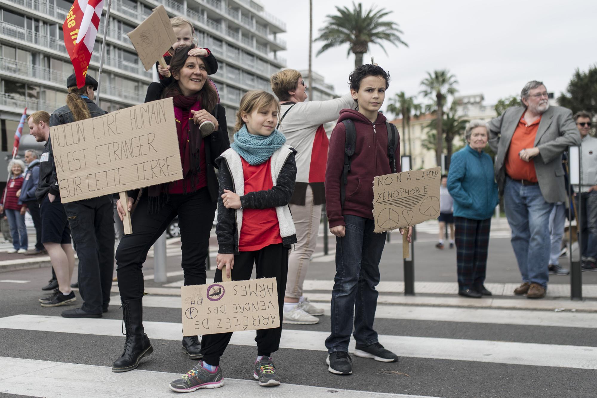 Marche Solidaire pour les Migrant.e.sJour 1/ Bis 1erMAijour de manifestation unitaire à NiceLes benevoles de la marche se joignent au cortège, échangent avec des sympatisants de La Republique en MArche venus protester contre la venue de Marine Le Pen à Nice pour un congrèsProjet Collectif item