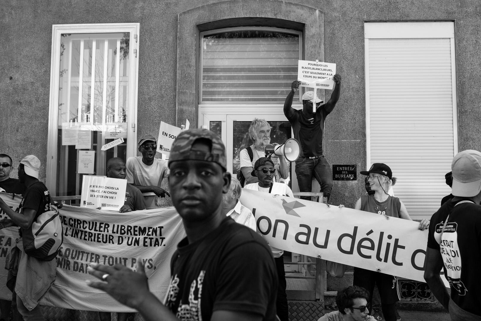 Manifestation dans le centre ville de Cambrai. Marche solidaire organisée par l'auberge des migrants.