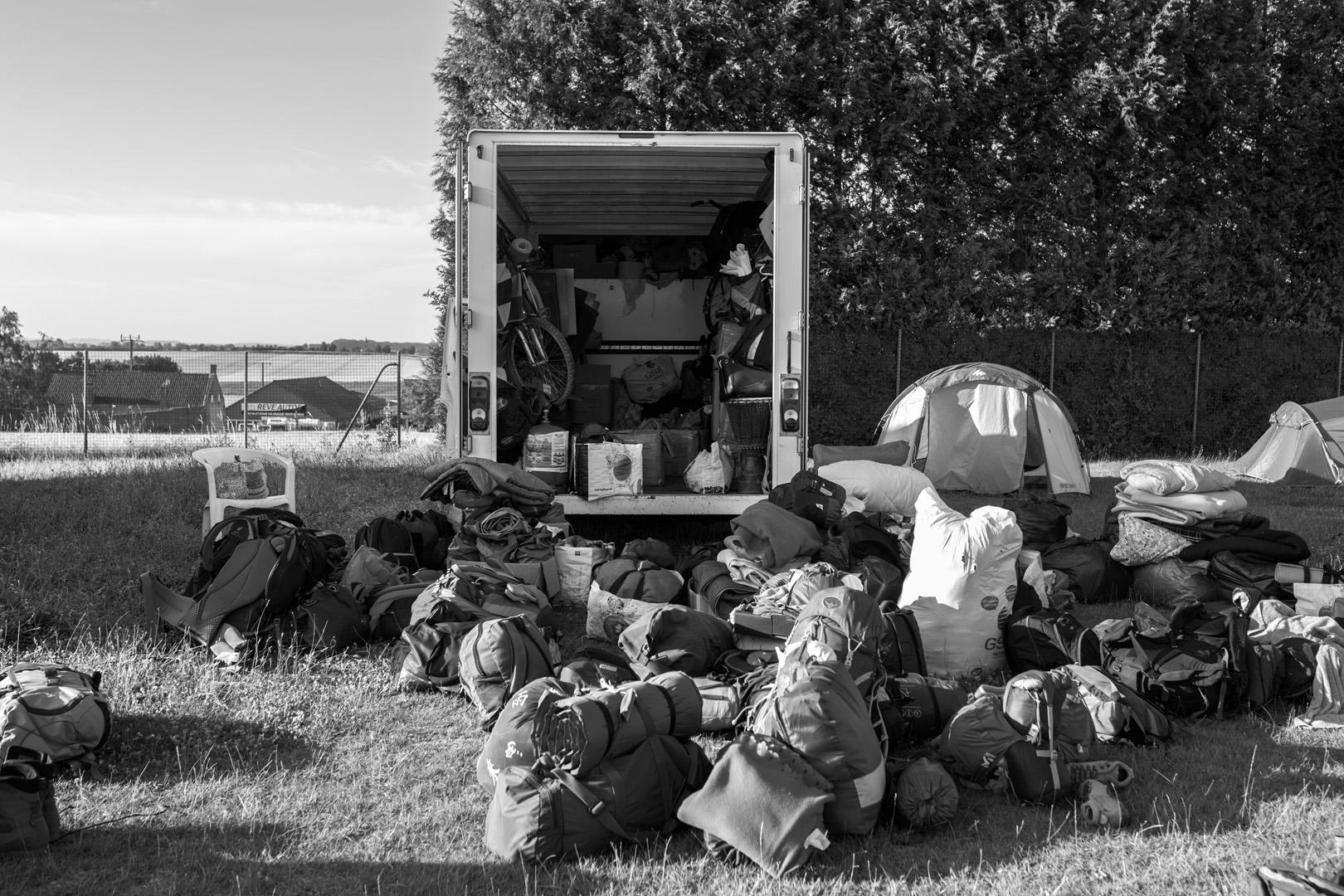 Cambrai, les sacs des marcheurs sont transportés par camion pour faciliter le parcours. Marche solidaire organisée par l'auberge des migrants.