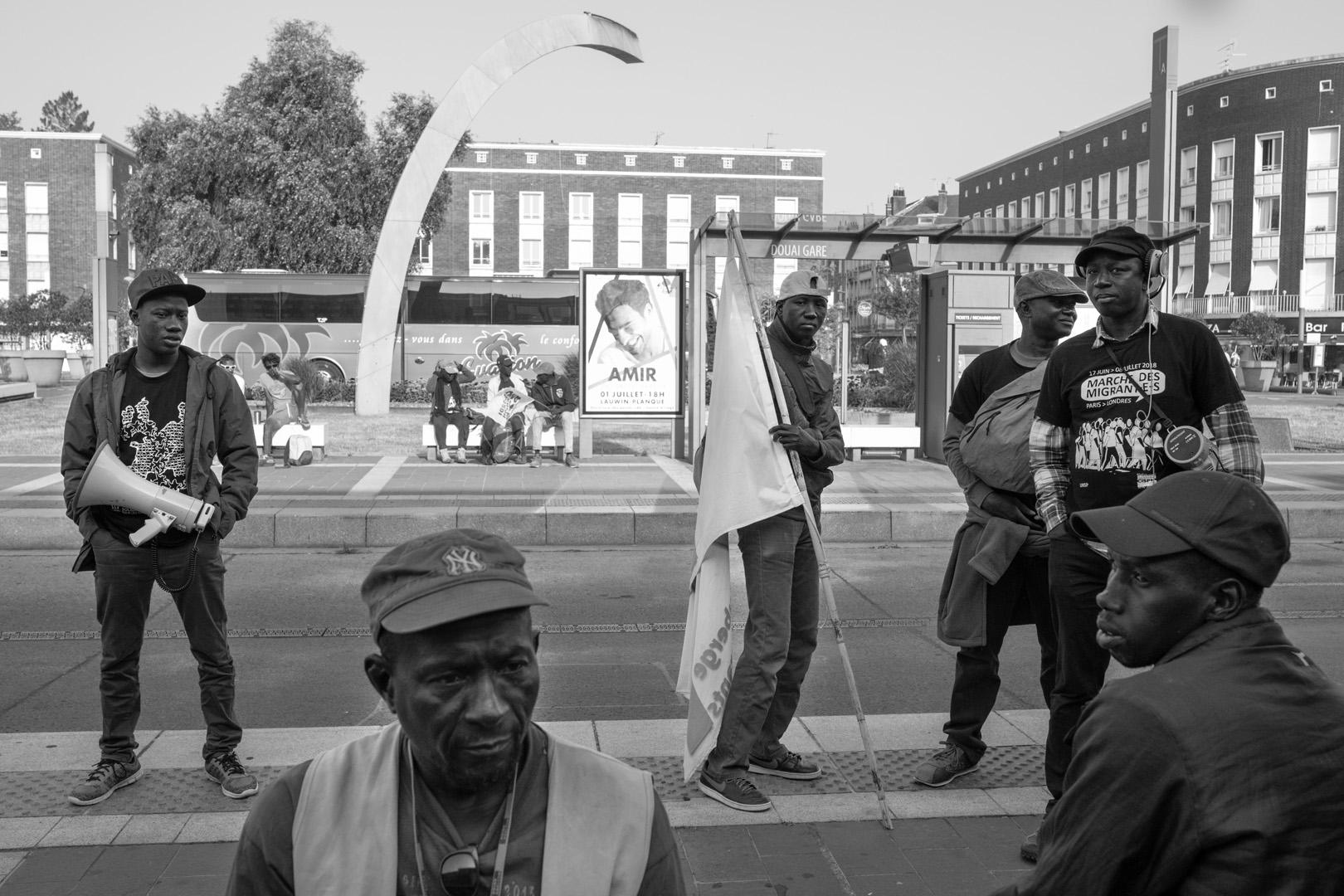 Attente à la gare de Douai. Marche solidaire organisée par l'auberge des migrants.