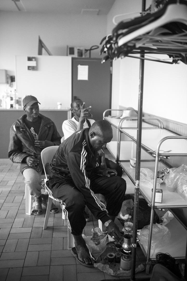 Camping dans une salle paroissialle.  Marche solidaire organisée par l'auberge des migrants.