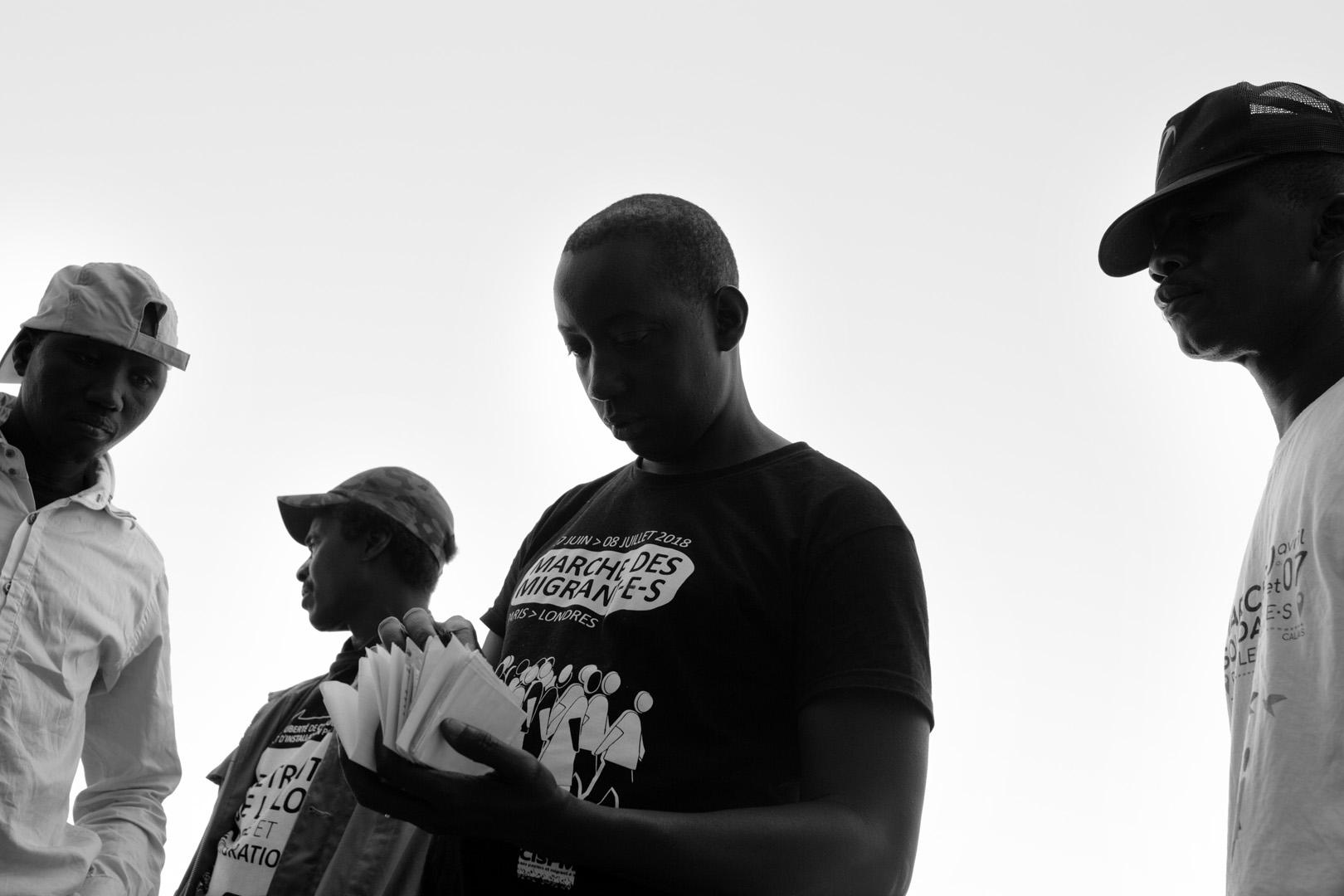 Un des membres du collectif sans papiers à la bourse du travail de Lille. Marche solidaire organisée par l'auberge des migrants.