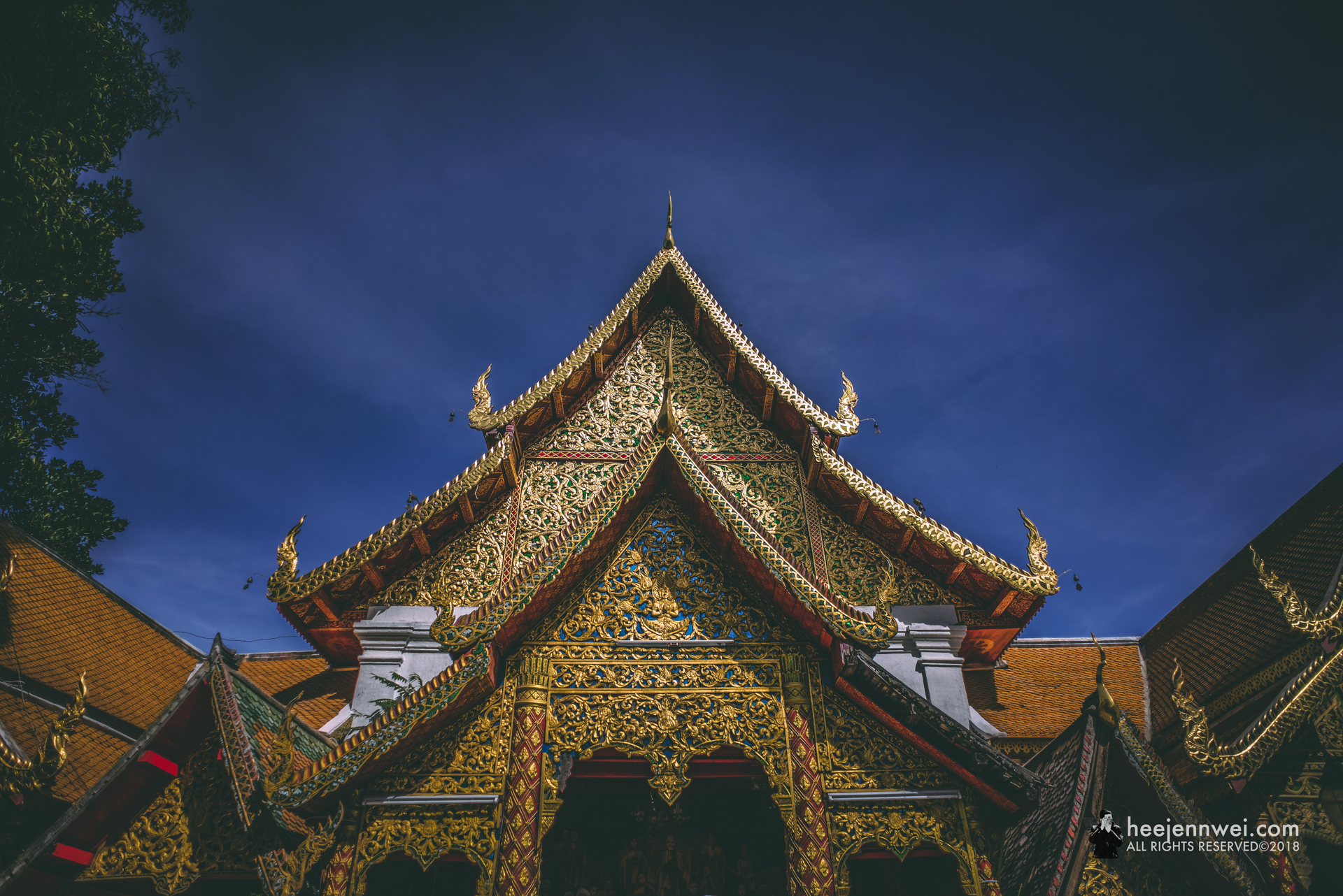 Entrance to the golden chedi.