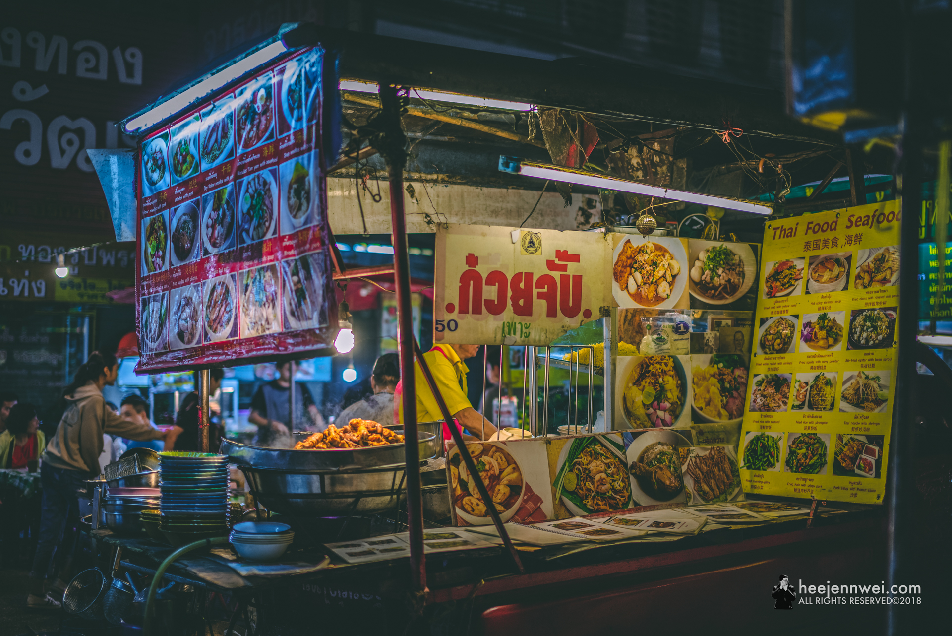 We also tried pad thai, khao soi noodle and grilled squid from this stall, not bad!