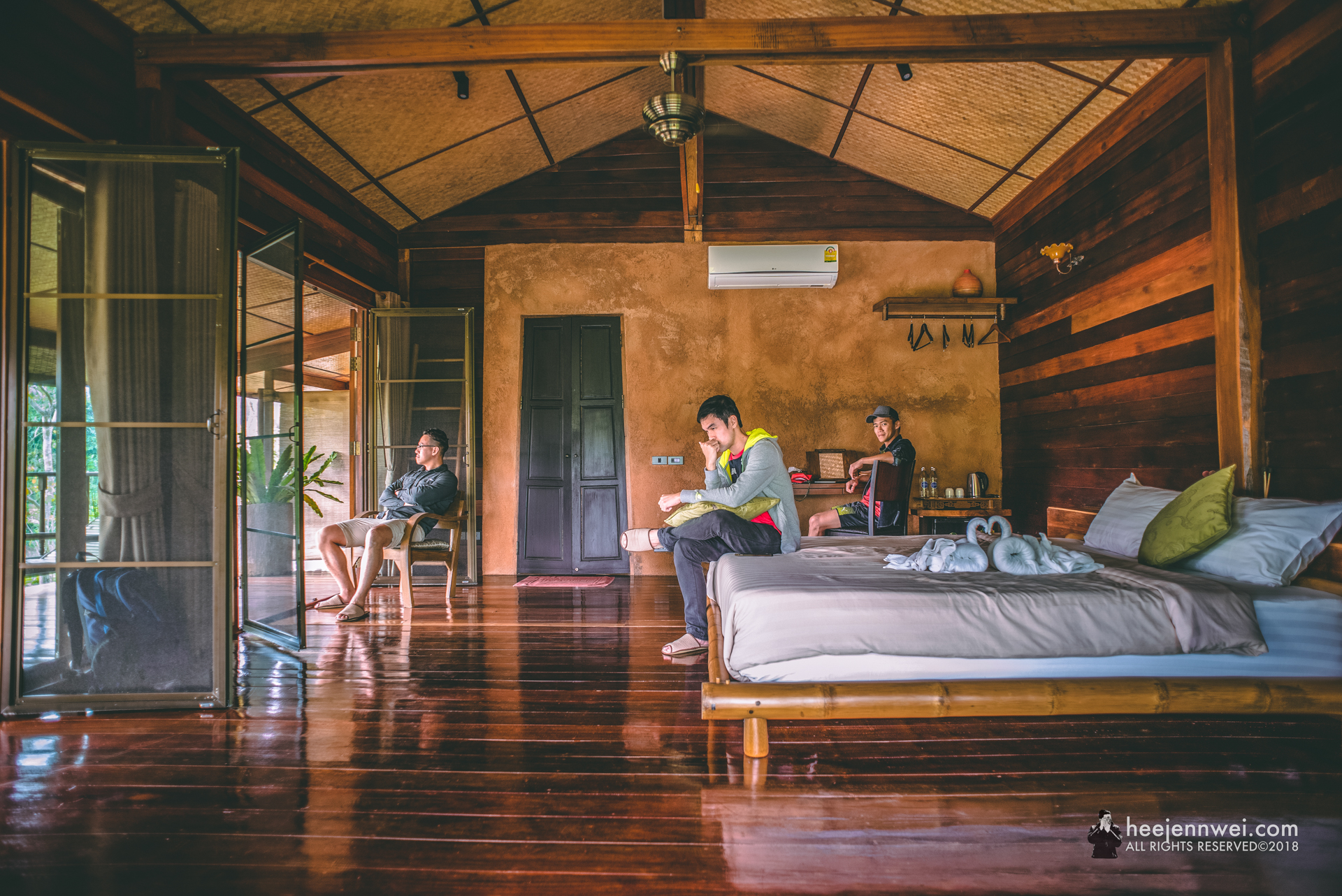 Beautiful spotless luxury wooden loft with amazing garden, nice and friendly hosts! They are always there to help, even if it's a booking to the massage or its a cup of good coffee. I would strongly recommend the place! We loved the location as it was peaceful and quiet.