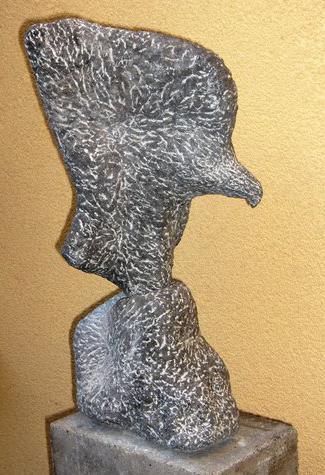 Arend met vis, Belgisch hardsteen hoogte 50 cm.JPG