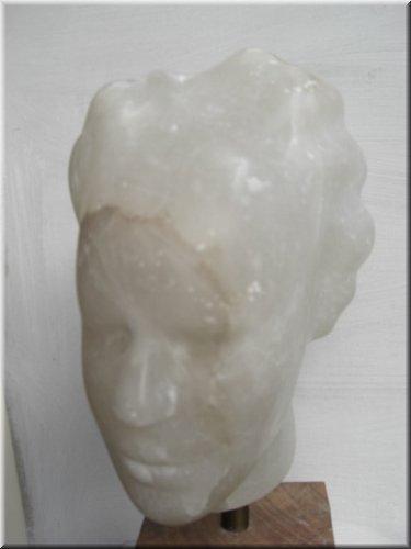 Portret, albast, hoogte 45 cm.jpg