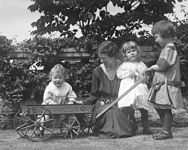 Mildred Pitcairn and three of her children on the grounds of Cairnwood (1916).