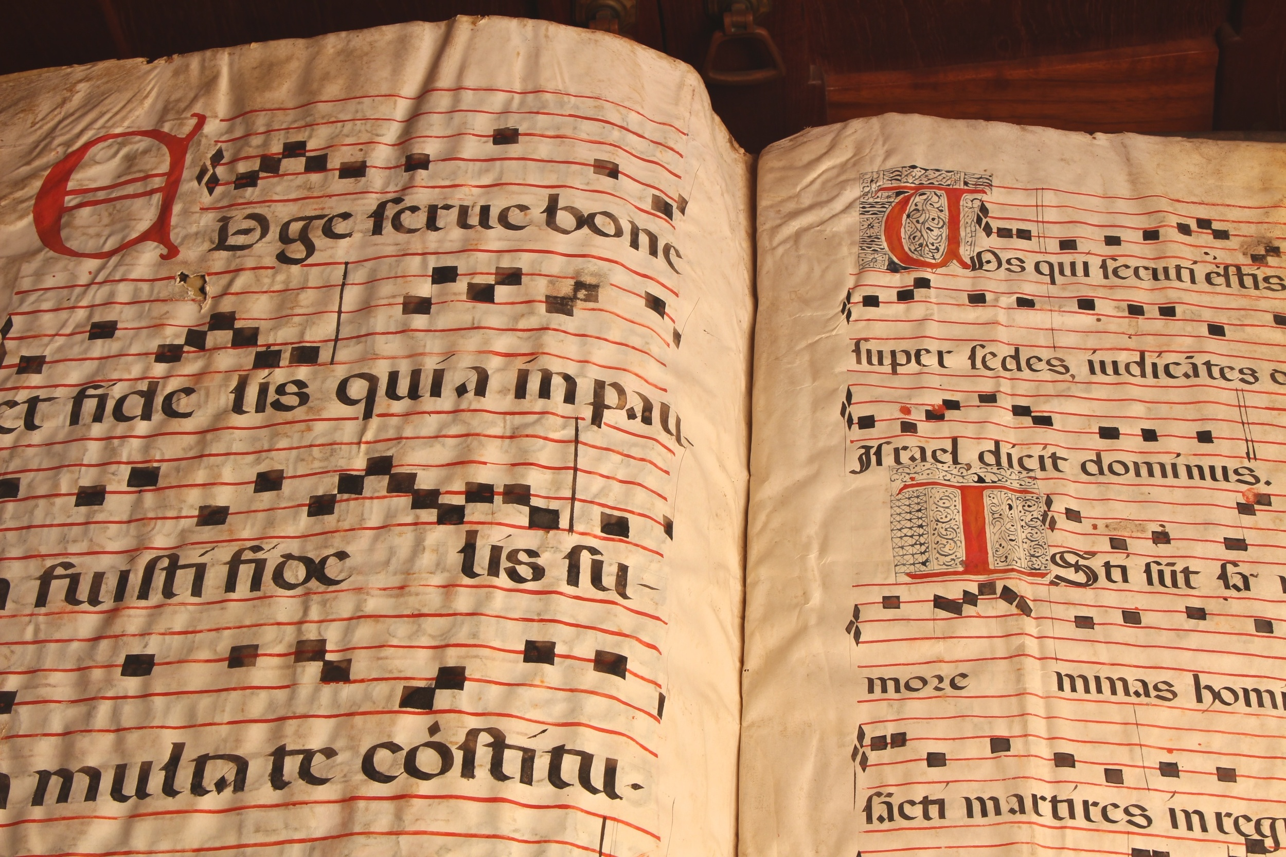 Figure 7: On the left is an example of a capital letter that was never illuminated, and on the right a more cramped copying job with a different style of illumination. This opening shows folios 156v-157 at the end of the book.