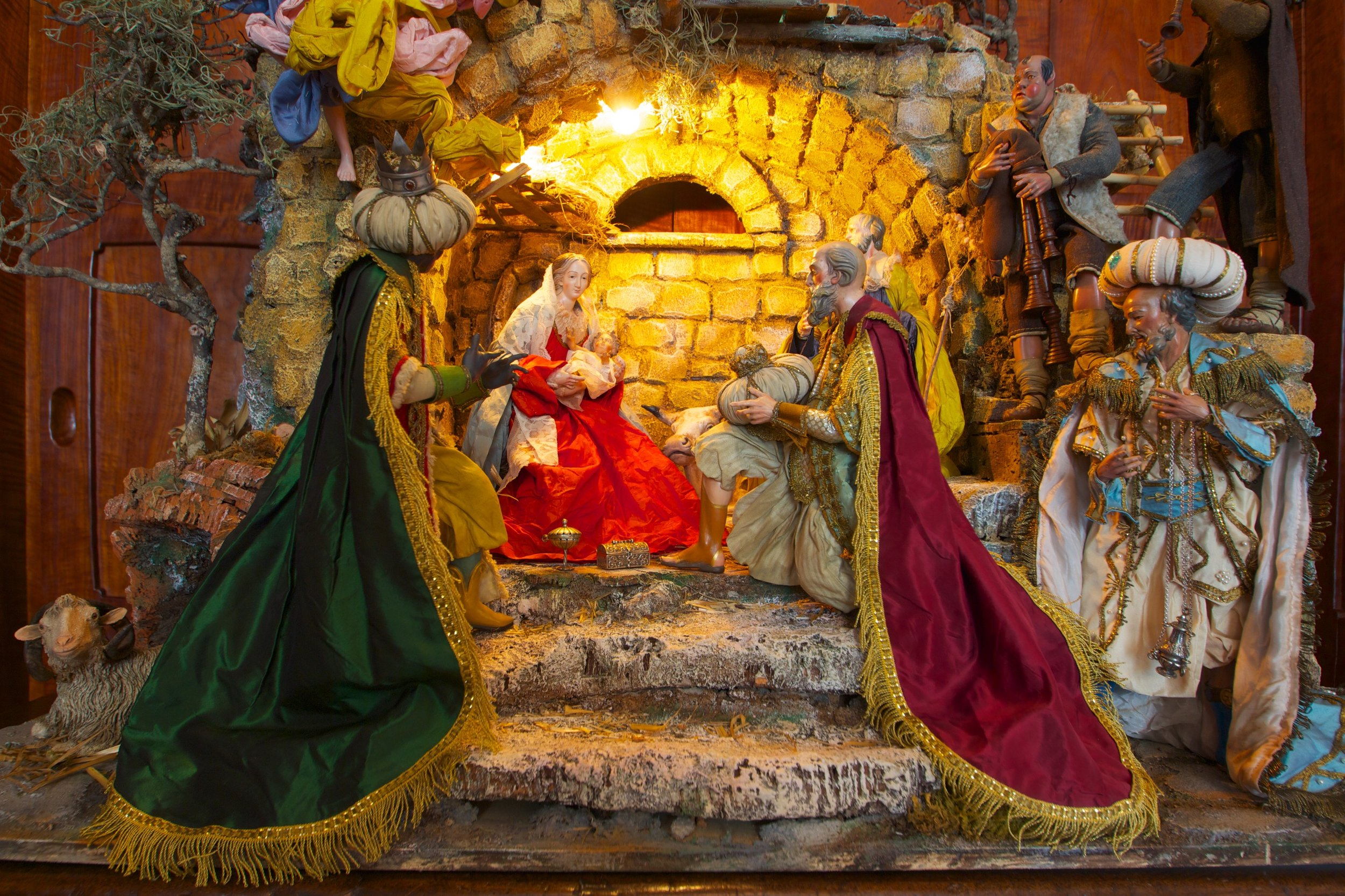 Figure 2: This Neapolitan Presepio (Nativity) is the work of the Giuseppe and Marco Ferrigno company, a fourth-generation family business located in Naples, Italy. The art has been passed from father to son since 1836, and today the Ferrignos use traditional methods and materials to make Presepio figures and scenes in the 18th-century Neapolitan style. Most of the elements in this Presepio are traditional, including the Roman ruin to symbolize the end of the pagan world, the arrival of the three Magi with gold, frankincense and myrrh, and shepherd musicians ( zampognari ). Collection of Glencairn Museum.