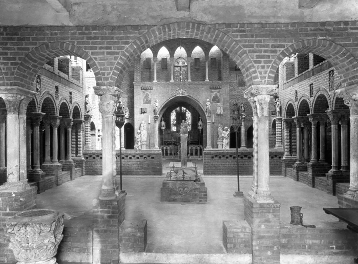 Figure 4: View of George Grey Barnard's Cloisters, New York, c. 1925, The Metropolitan Museum of Art (Image © The Metropolitan Museum of Art).