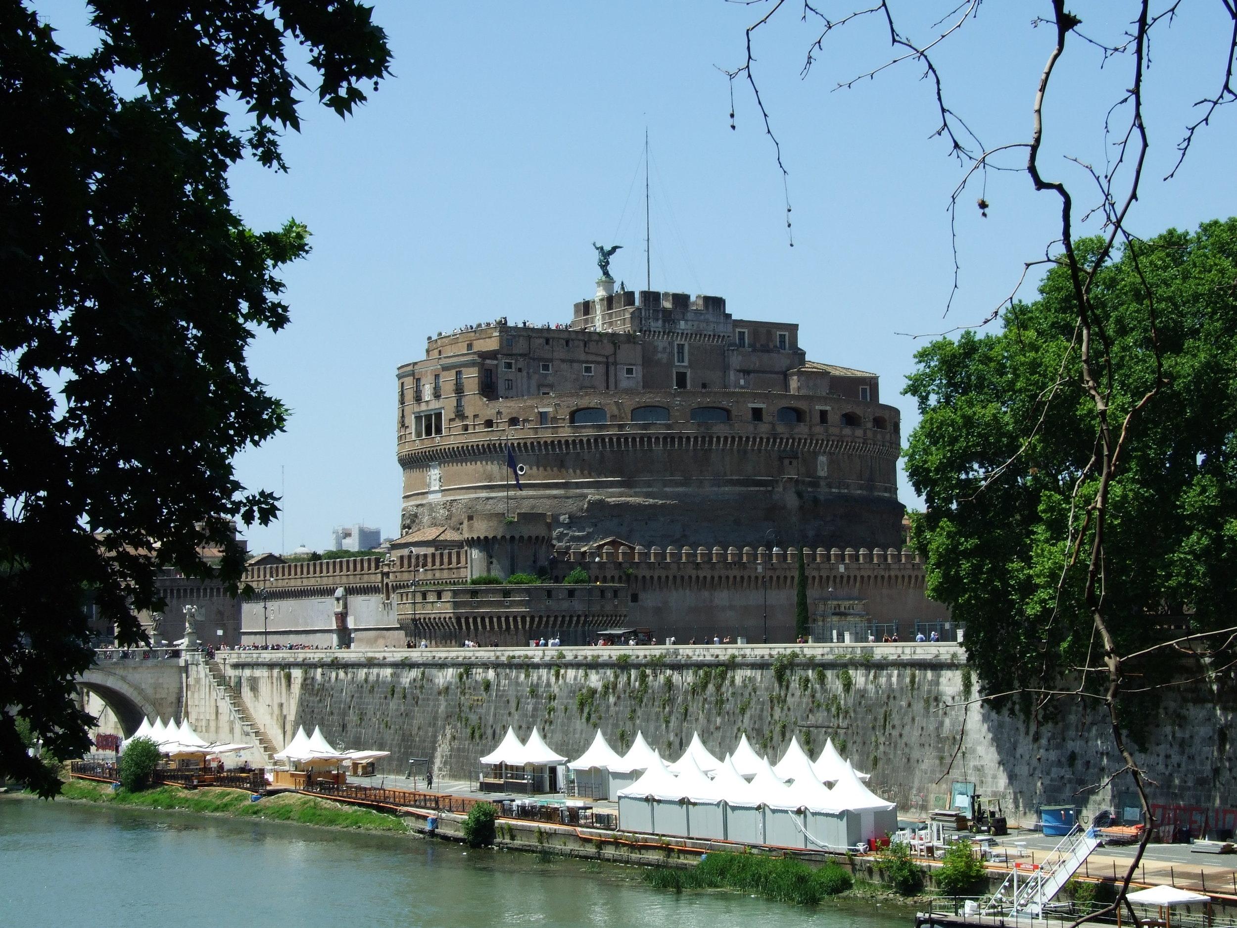 02__Castel Sant'Angelo__Lungotevere.JPG