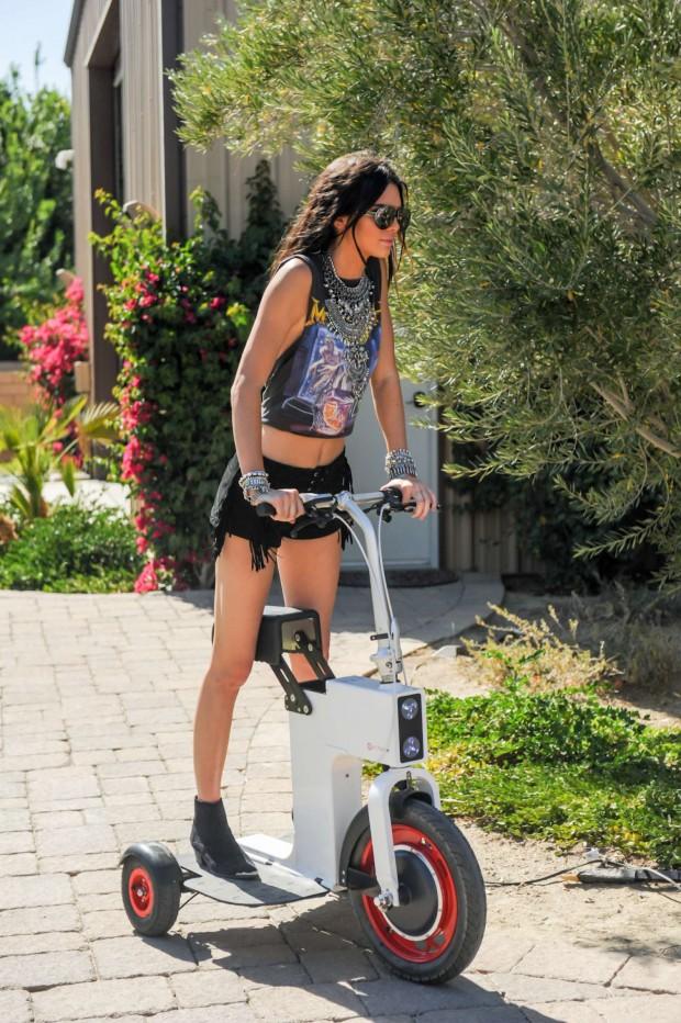 Kendall-Jenner--Regroupd-Retreat-Coachella-Pool-Party-in-Bermuda-Dunes-07-620x932.jpg