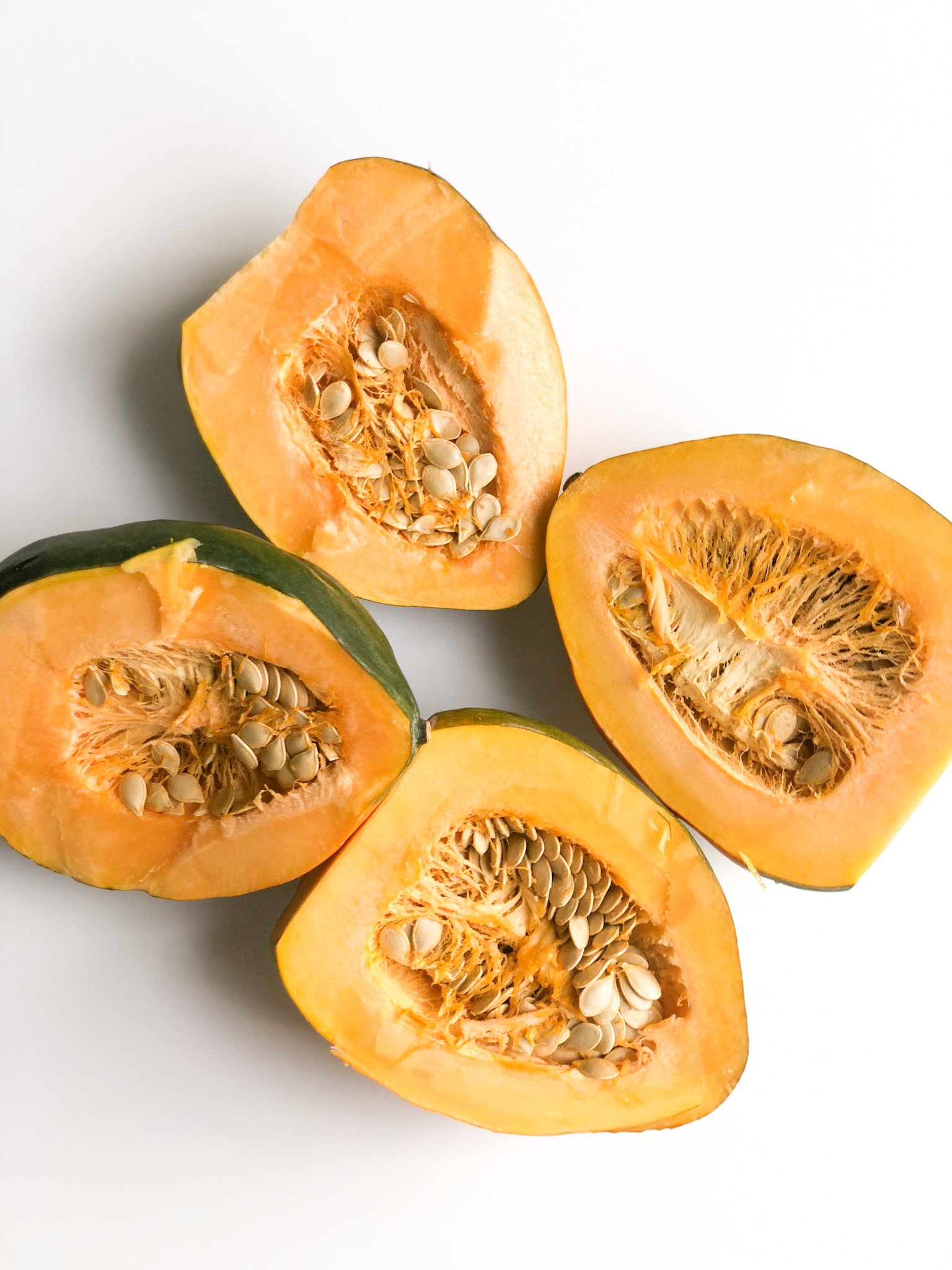 - Acorn squash has significant levels of vitamin C, vitamin A, thiamin, pantothenic acid, and other B-family vitamins, and its range of minerals is truly impressive, including potassium, magnesium, manganese, iron, copper, phosphorous, and calcium.