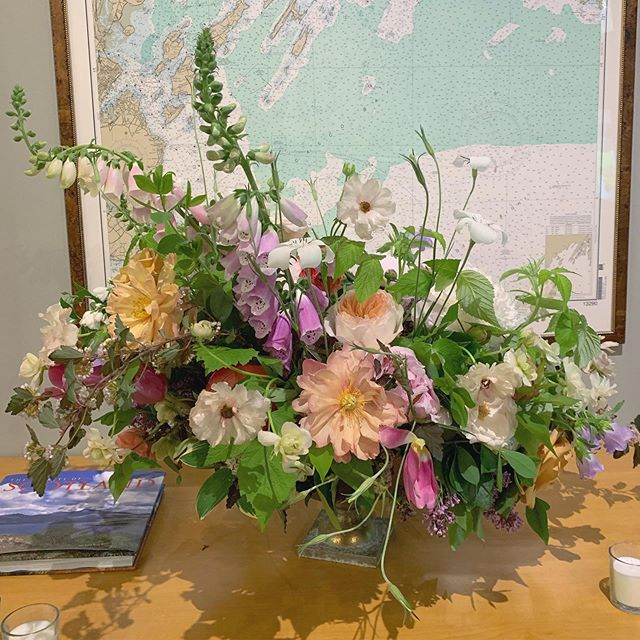 Statement piece for this past weekend's wedding in at a private residence made as part of team @darlinganddaughters . . . . #vawedding #novawedding #compotearrangement #maywedding #lushandwild #darlinganddaughters #weddingflorals