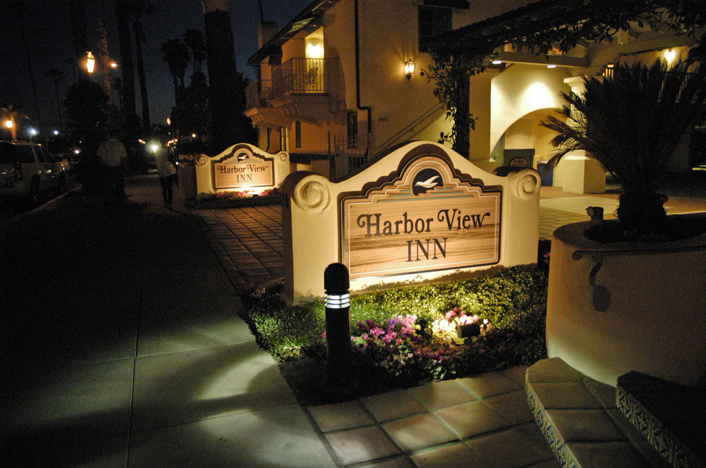 Harbor_View_Inn_Santa_Barbara_-_Sign_at_night