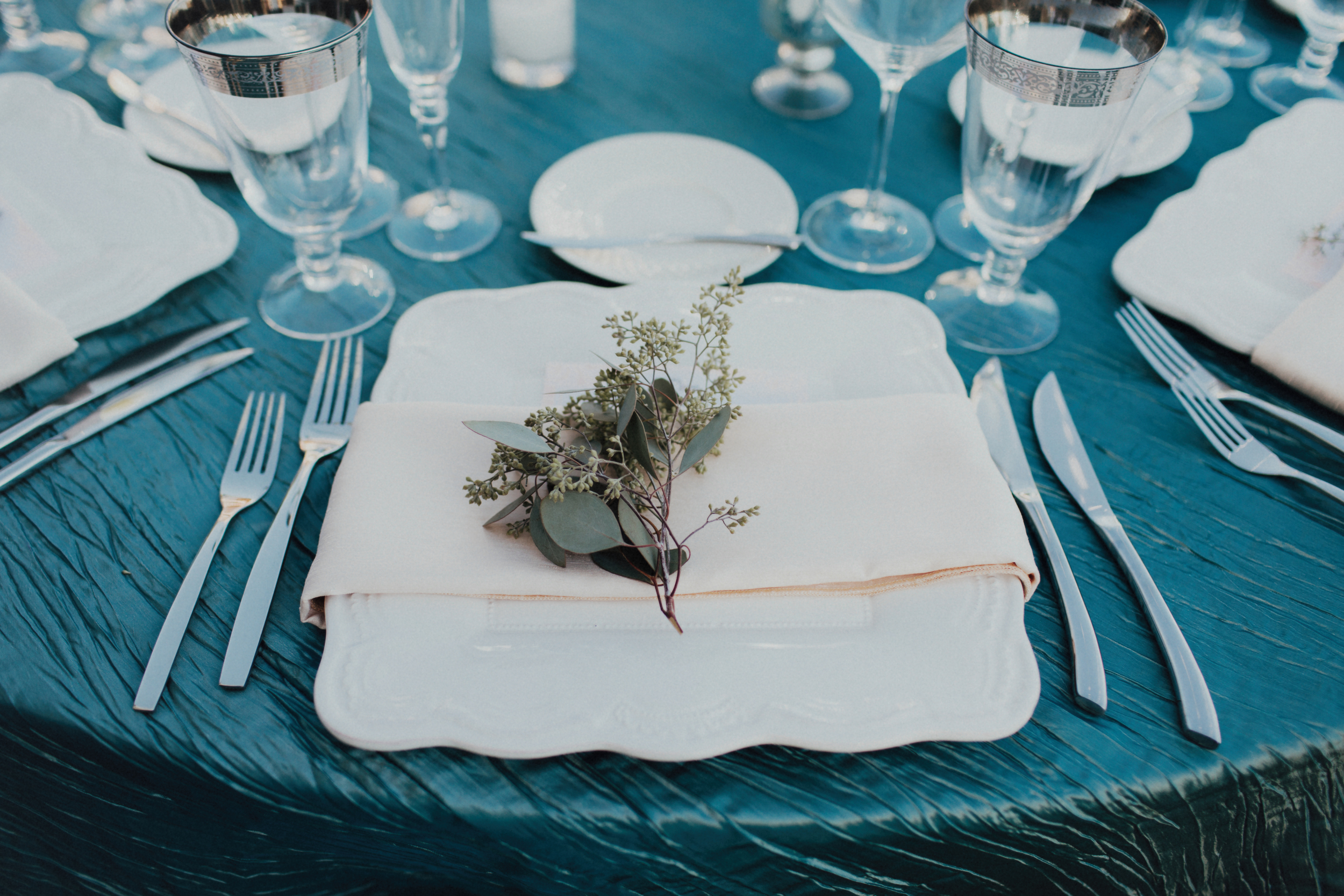 Felici Events Wedding Beach Table Decoration Blue White Silverware Plates Flowers