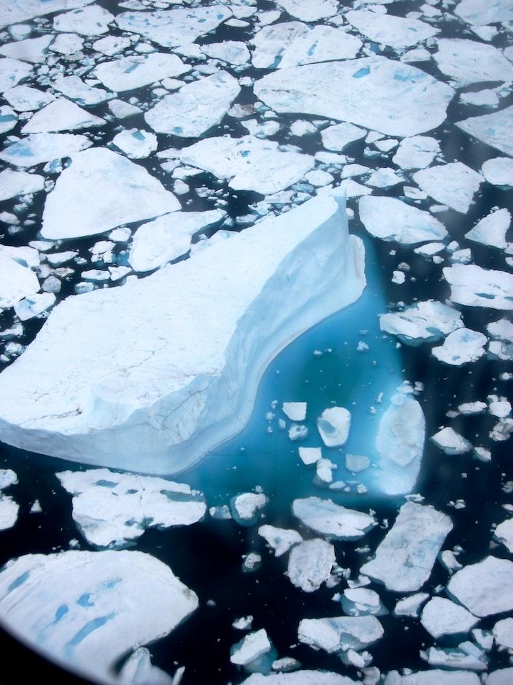 Spectacular icebergs en route to Kuummiiut via helicopter
